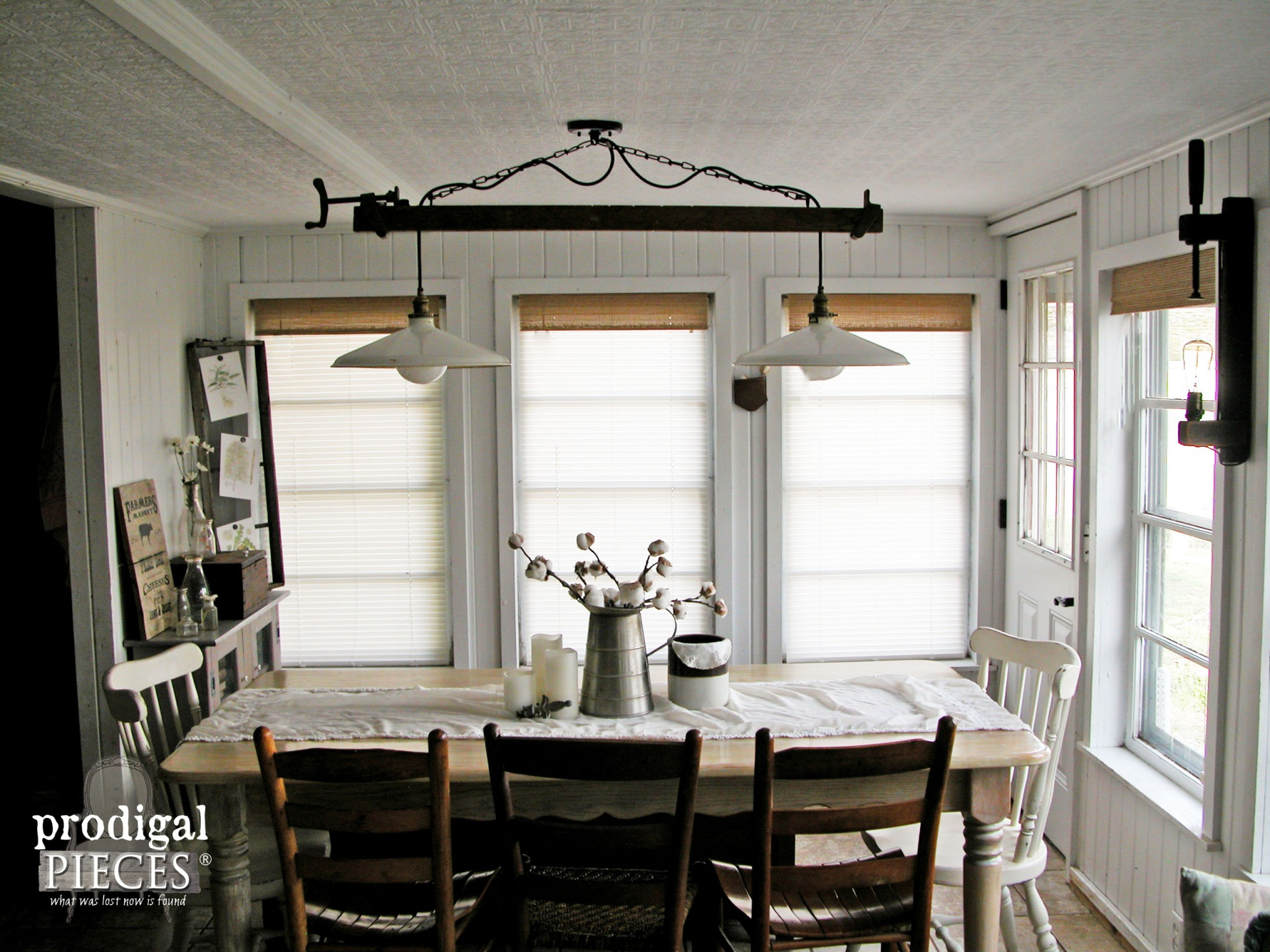 Farmhouse style decor how to add it to your home for Farmhouse style kitchen lighting
