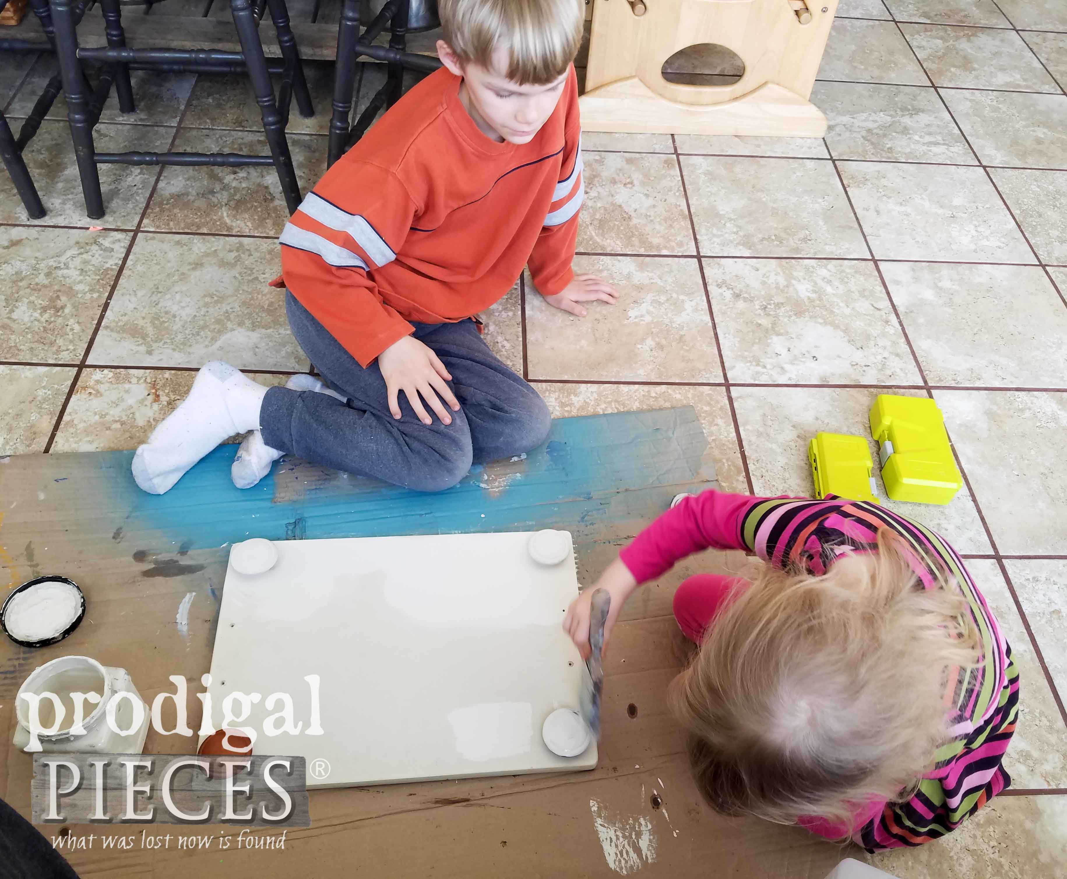 Kids Painting Repurposed Tray with Dixie Belle Natural Paints | prodigalpieces.com