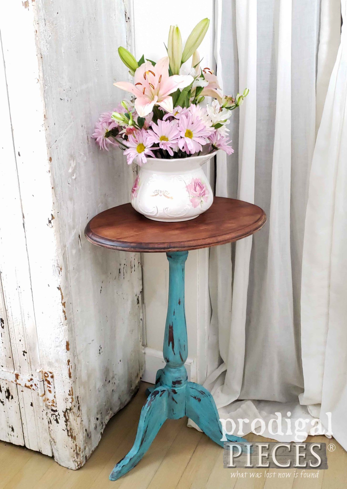 Aqua Blue Farmhouse Accent Table for your home by Larissa of Prodigal Pieces | prodigalpieces.com #prodigalpieces #furniture #home #farmhouse #diy #shopping #homedecor #homedecorideas