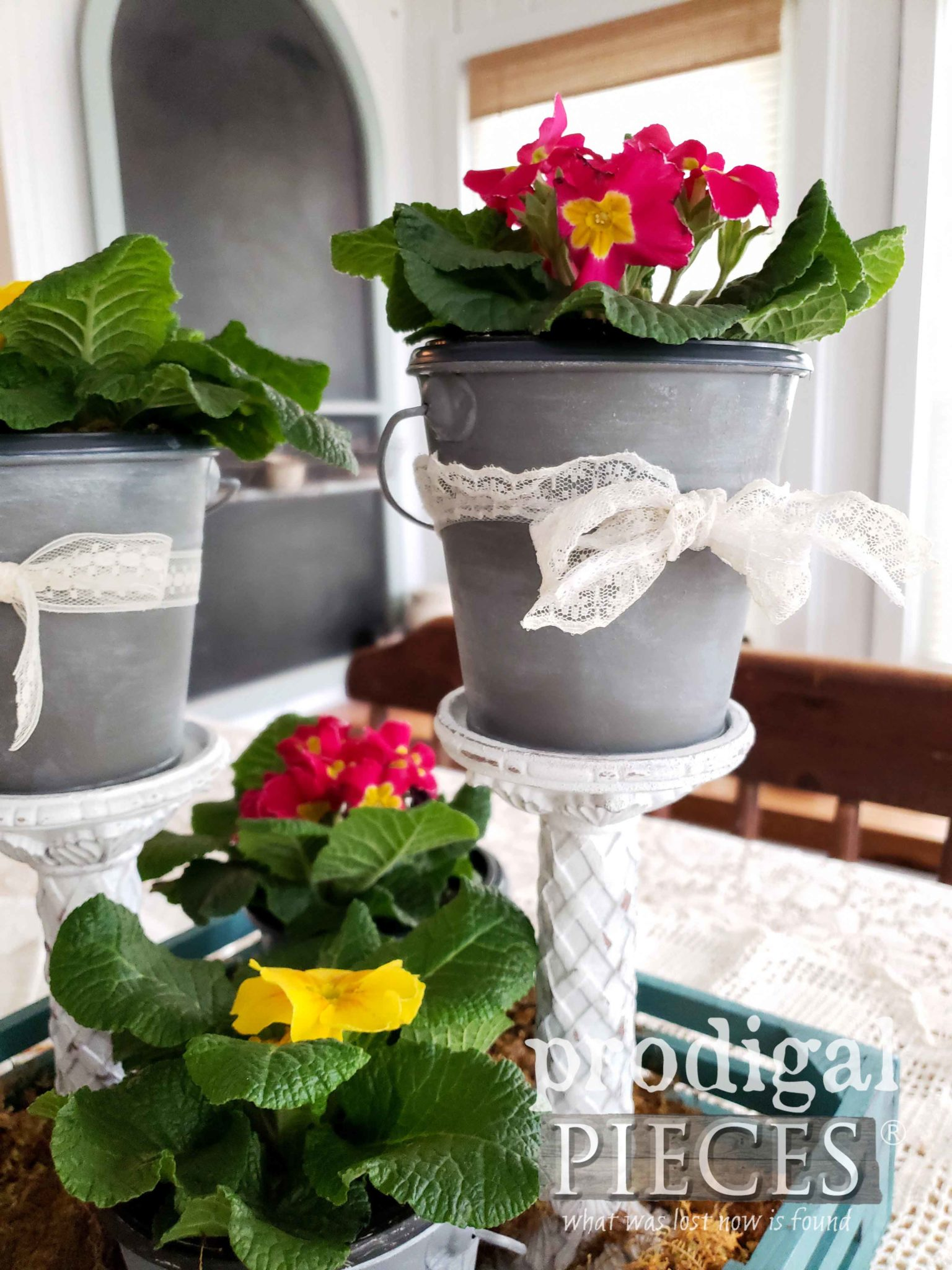 Farmhouse Style Spring Centerpiece by Larissa of Prodigal Pieces | prodigalpieces.com #prodigalpieces #diy #home #farmhouse #homedecor #vintage #homedecorideas