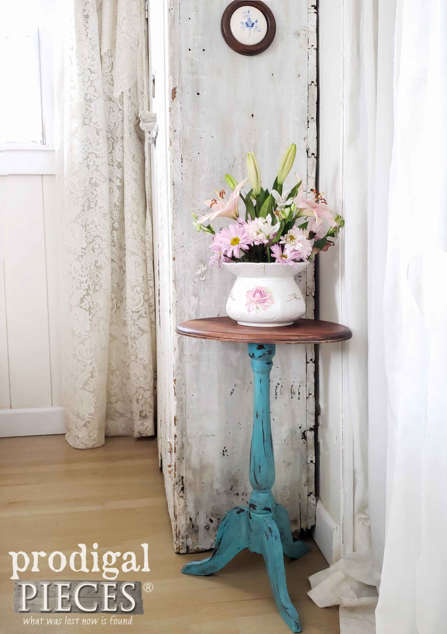 Vintage Farmhouse Accent Table in Aqua by Larissa of Prodigal Pieces | prodigalpieces.com #prodigalpieces #home #furniture #diy #farmhouse #homedecor #homedecorideas