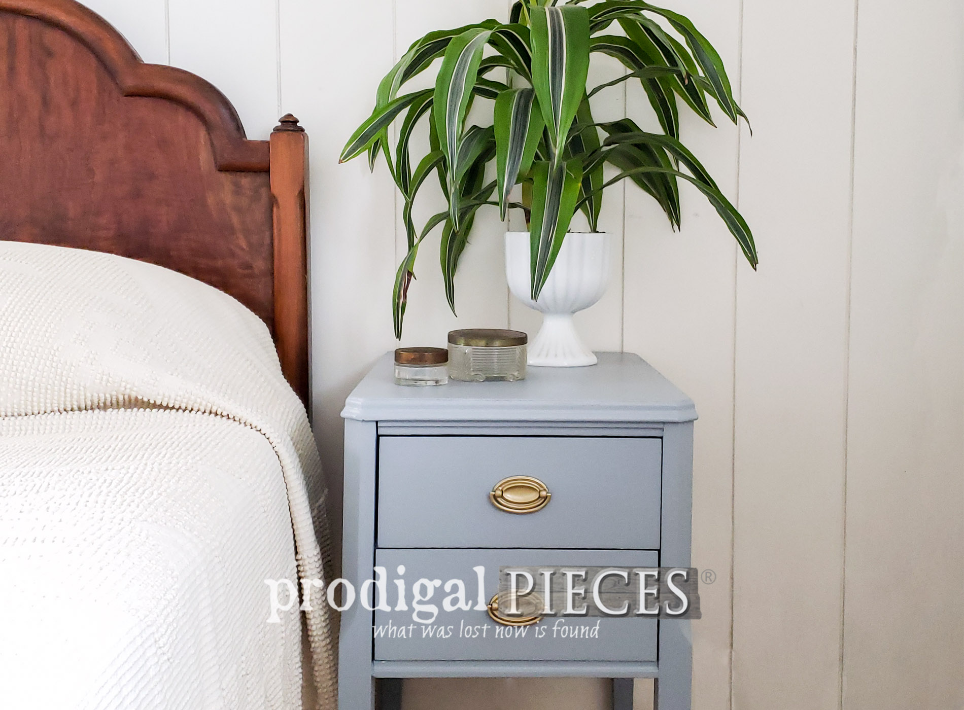 Featured Vintage Nightstand Found Curbside Gets New Life with a Makeover by Larissa of Prodigal Pieces | prodigalpieces.com #prodigalpieces #diy #furniture #home #homedecor