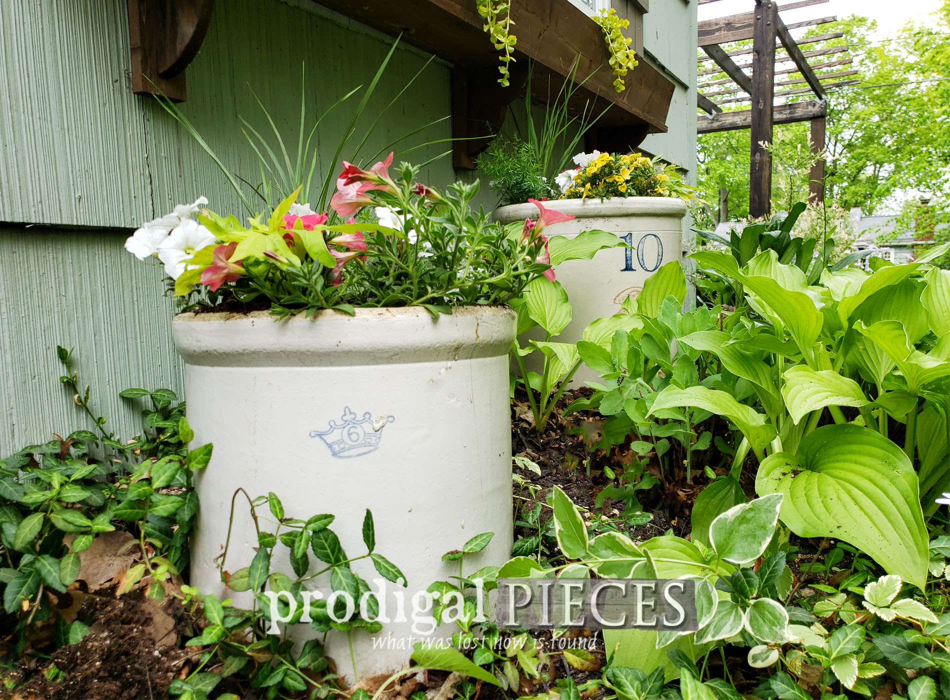 Featured Farmhouse Broken Crock Planter for DIY Garden Decor by Larissa of Prodigal Pieces | prodigalpieces.com #prodigalpieces #diy #home #garden #upcycled #farmhouse
