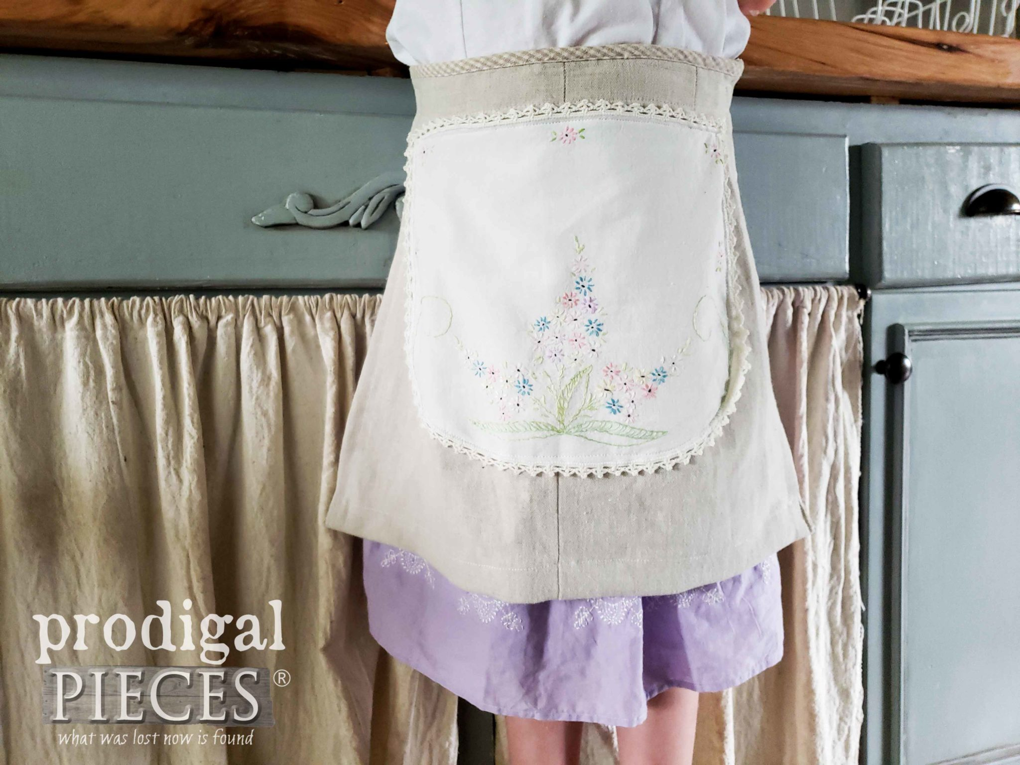 Handmade Linen Apron with Vintage Embroidery | Video Tutorial by Larissa of Prodigal Pieces | prodigalpieces.com #prodigalpieces #handmade #home #vintage #sewing #fashion #kids #accessories