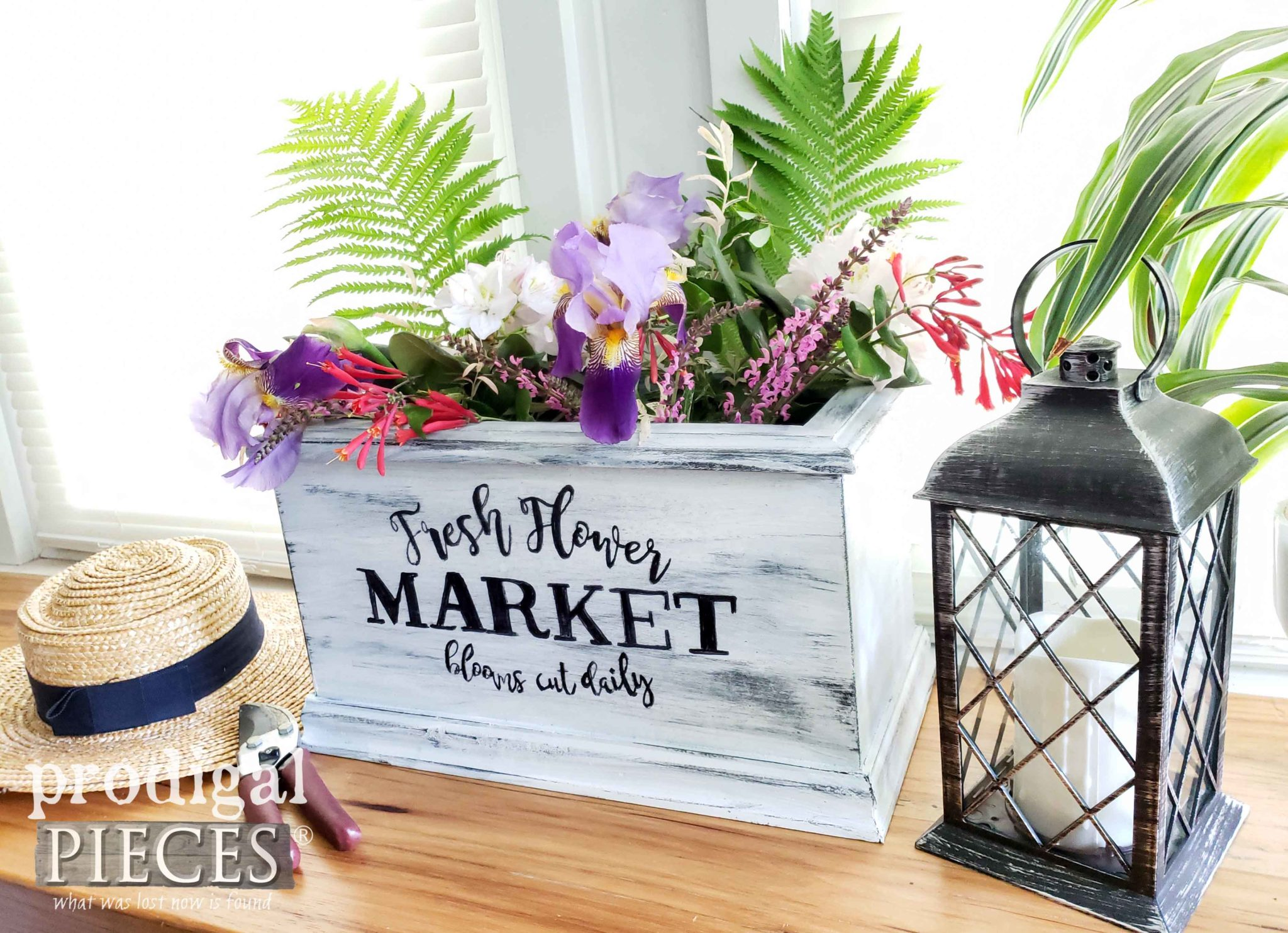 Handmade Fresh Flower Planter from an Upcycled Footboard by Larissa of Prodigal Pieces | prodigalpieces.com #prodigalpieces #diy #handmade #farmhouse #home #garden #flower #homedecor