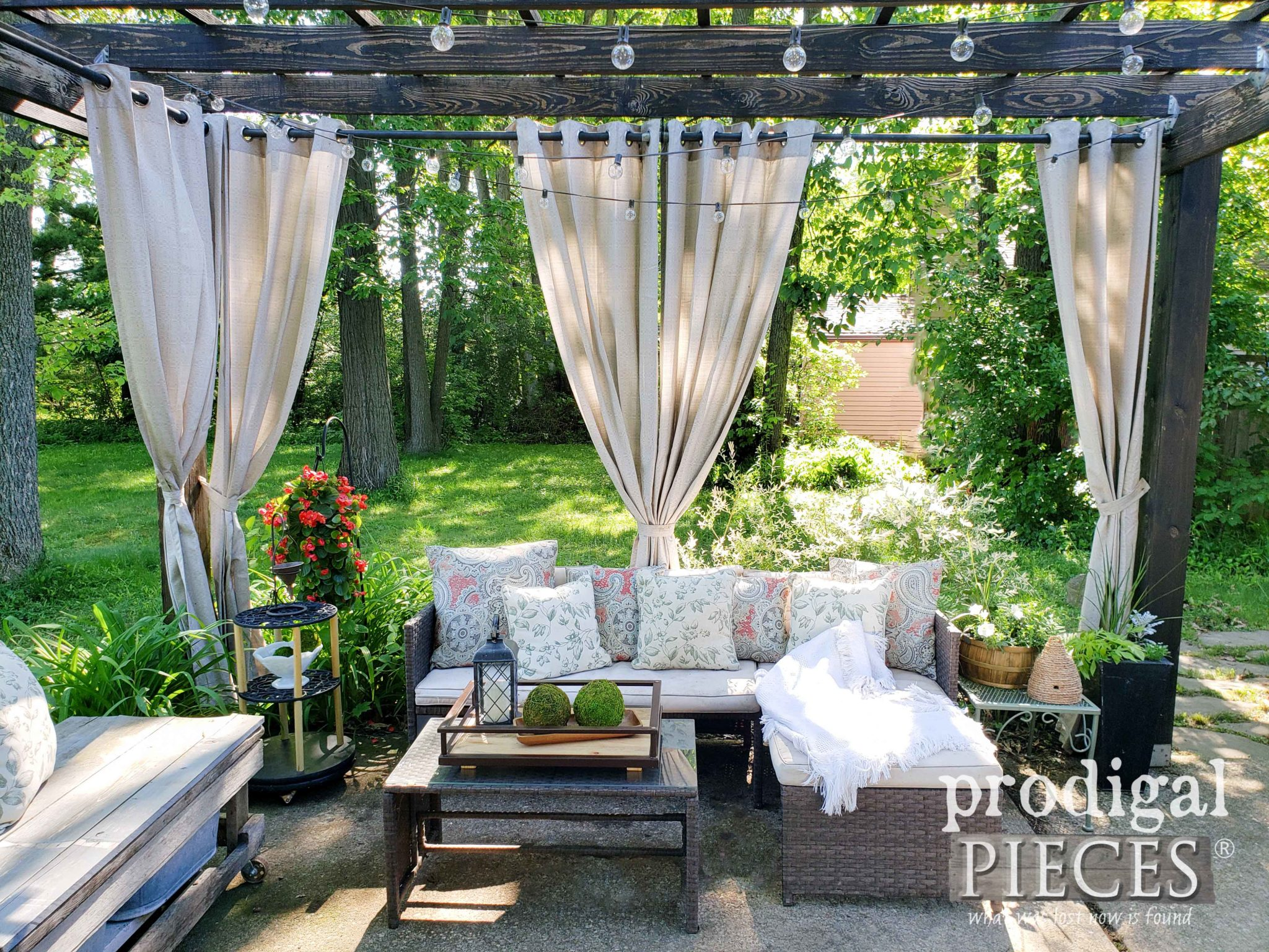 Farmhouse Style Patio Decor created by Larissa of Prodigal Pieces | prodigalpieces.com #prodigalpieces #home #farmhouse #diy #outdoor #patio