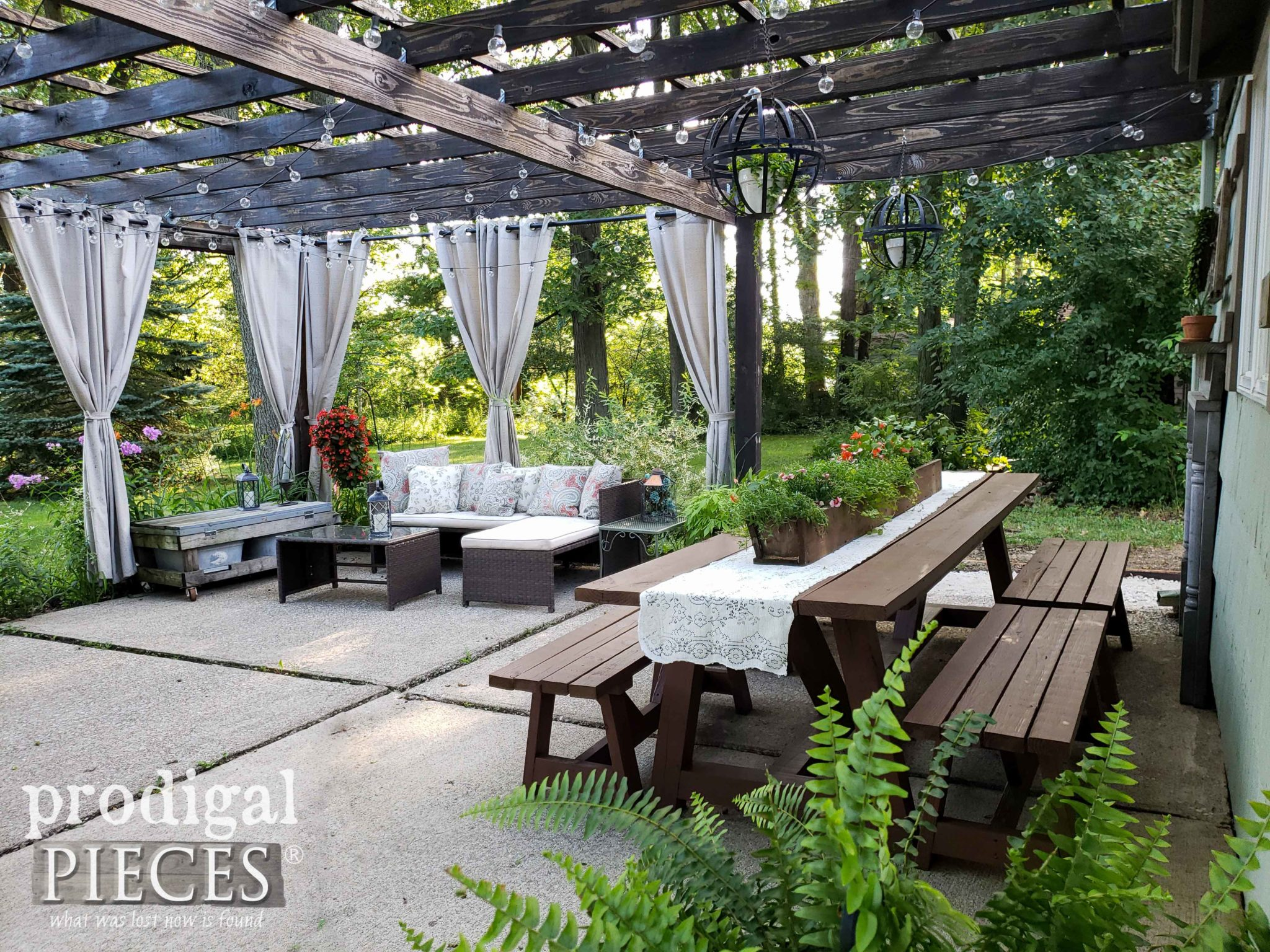 Outdoor Patio Dining Area with DIY Pergola by Larissa of Prodigal Pieces | prodigalpieces.com #prodigalpieces #patio #home #diy #outdoor #homedecor