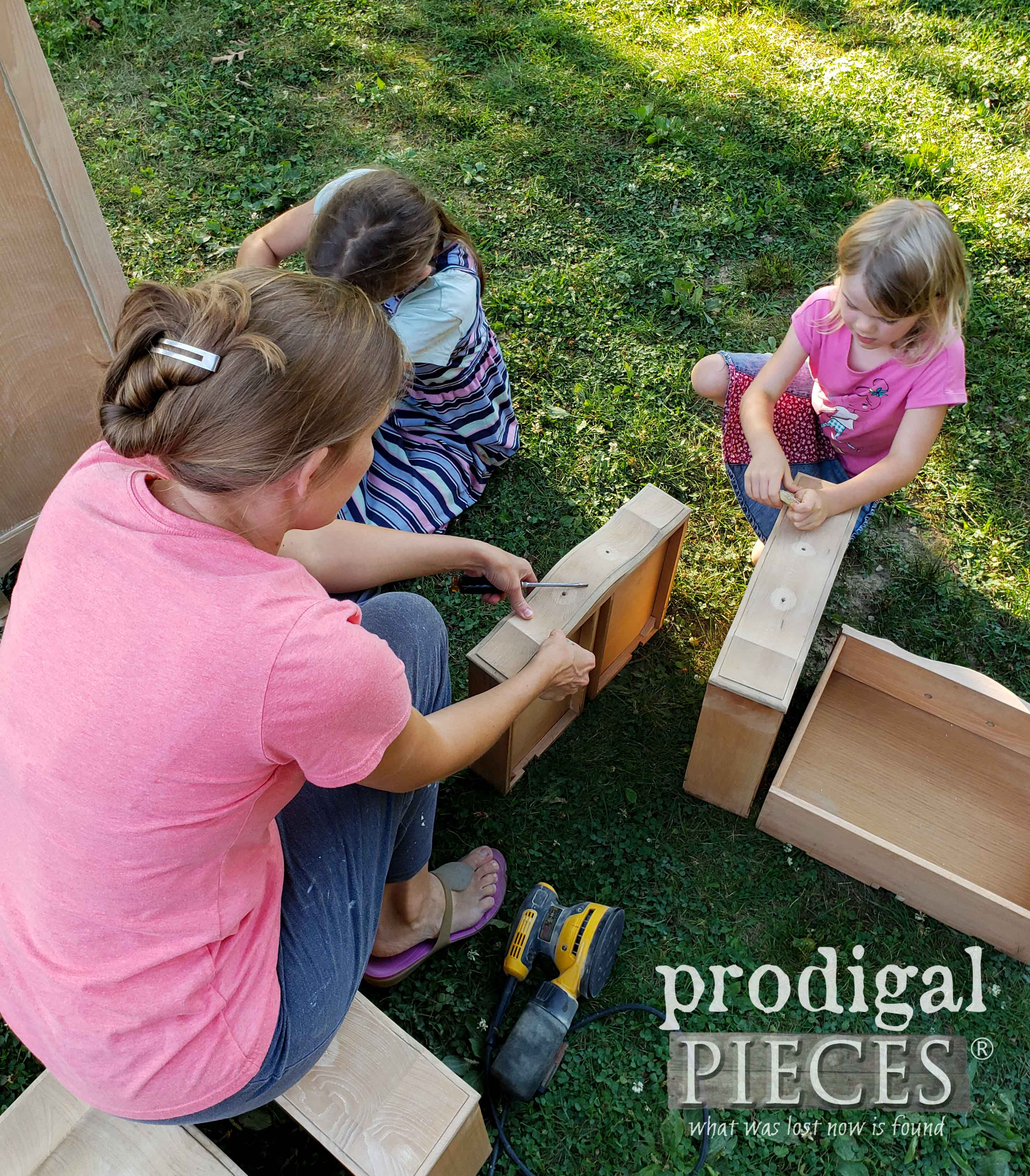 Mom & Daughters working together | prodigalpieces.com #prodigalpieces #family