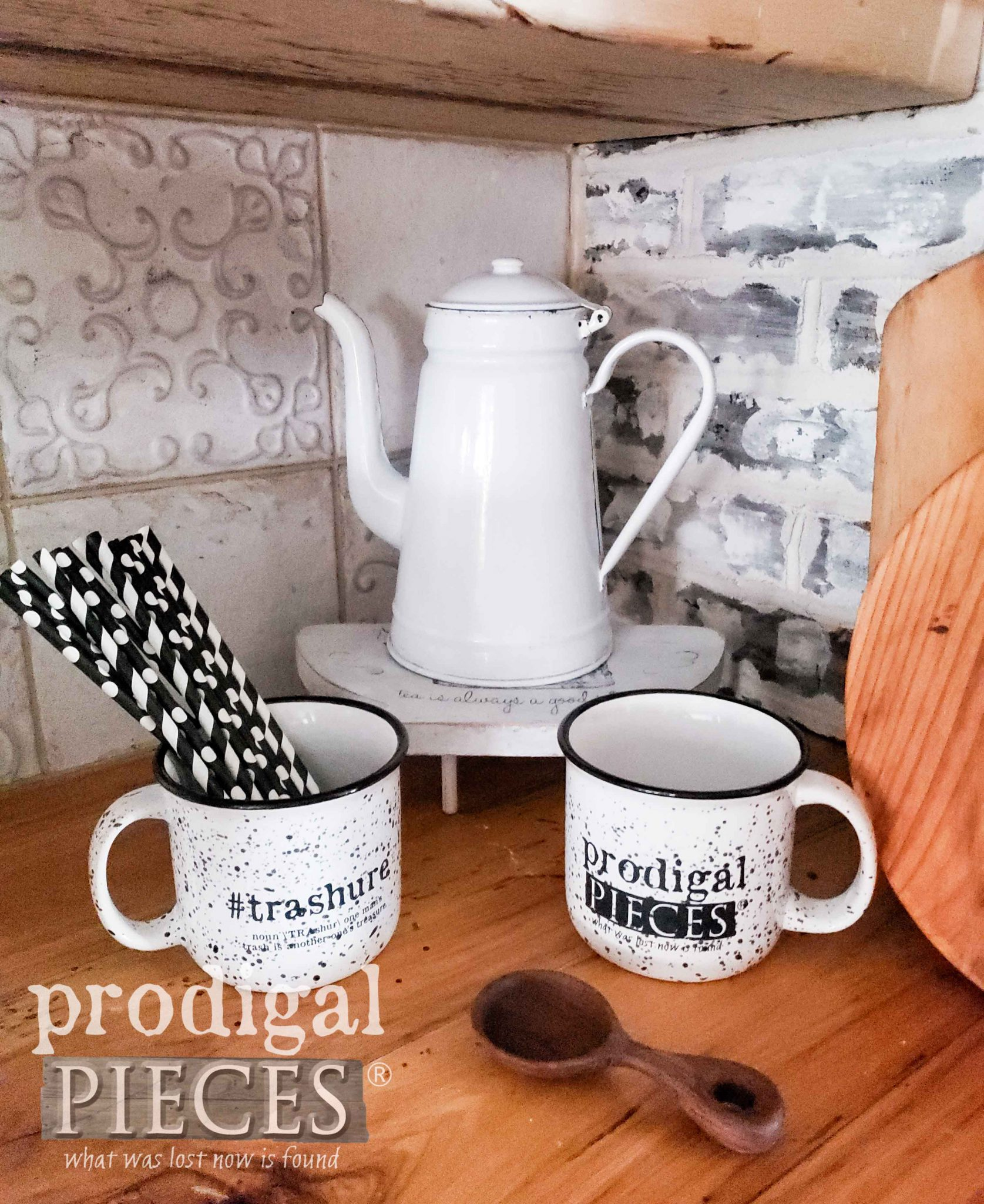 Simple Farmhouse Kitchen Decor by Larissa of Prodigal Pieces | prodigalpieces.com #prodigalpieces #farmhouse #home #diy #homedecor #handmade