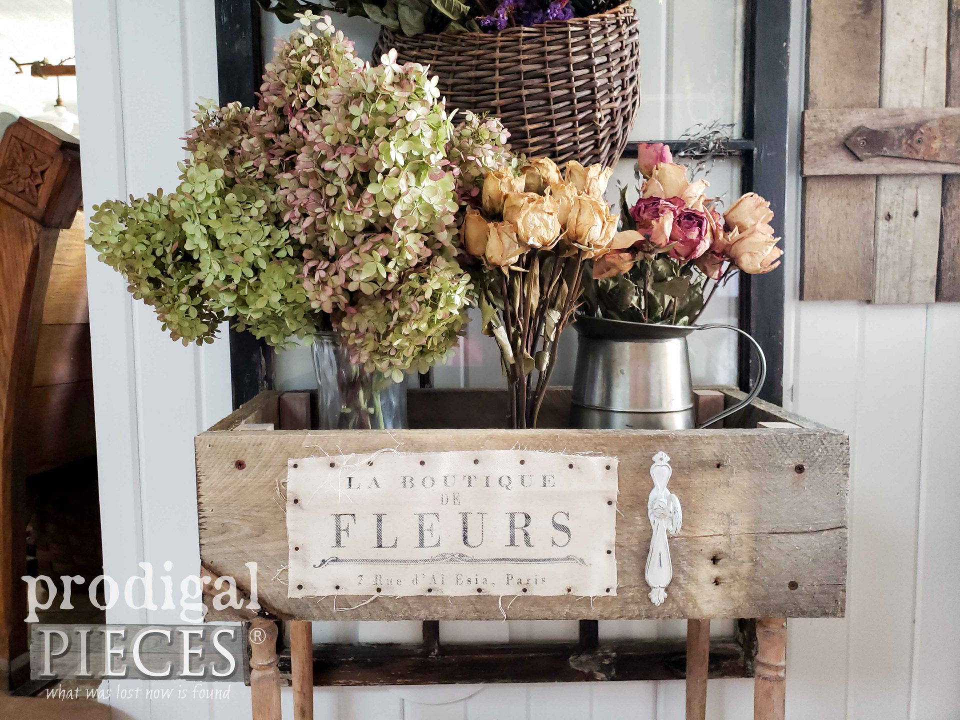 French Fleur Crate Table for Farmhouse Decor created by Larissa of Prodigal Pieces | prodigalpieces.com #prodigalpieces #home #farmhouse #flowers #homedecor