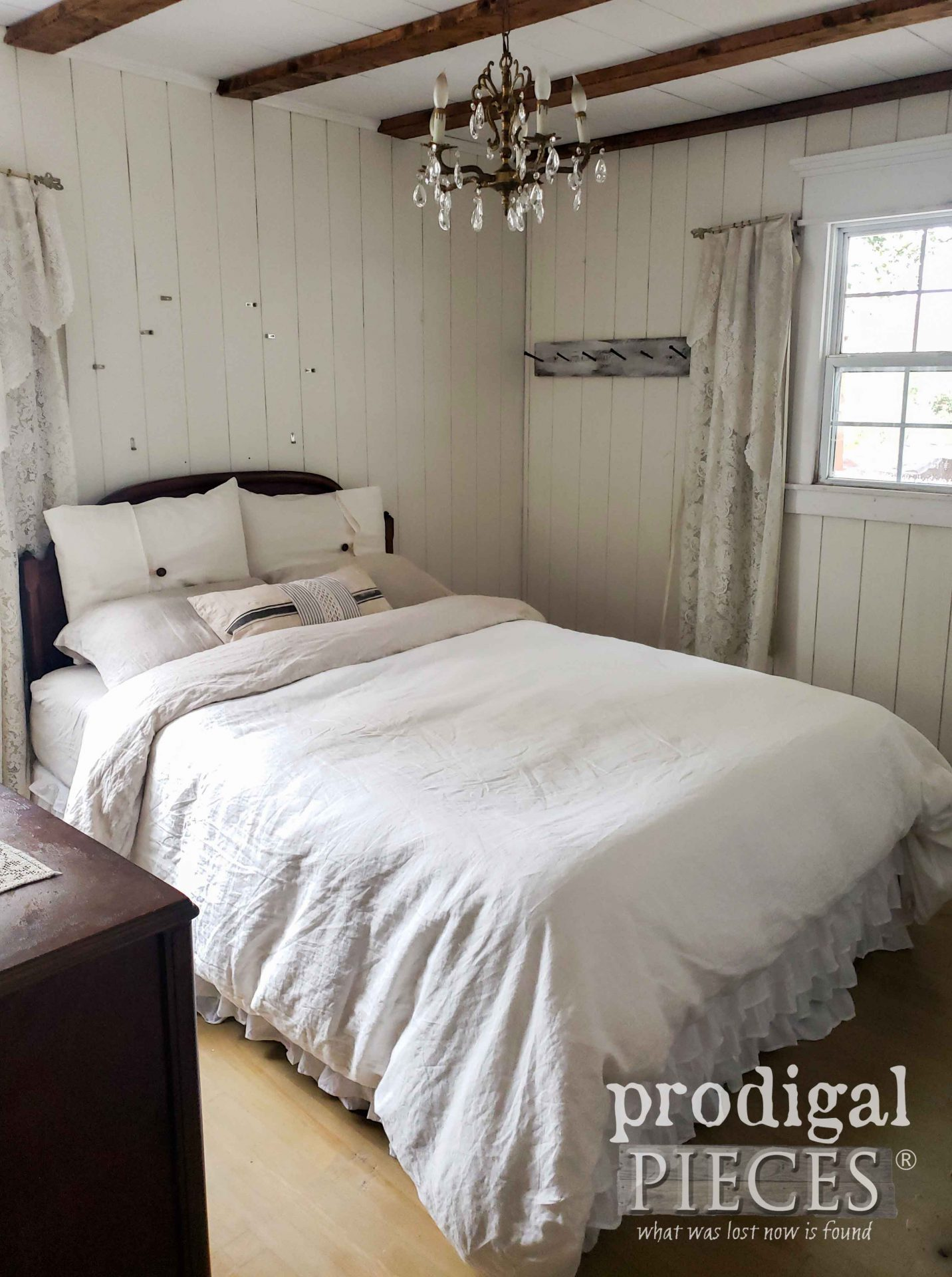 Farmhouse Bedroom Before Fall Decor | prodigalpieces.com #prodigalpieces