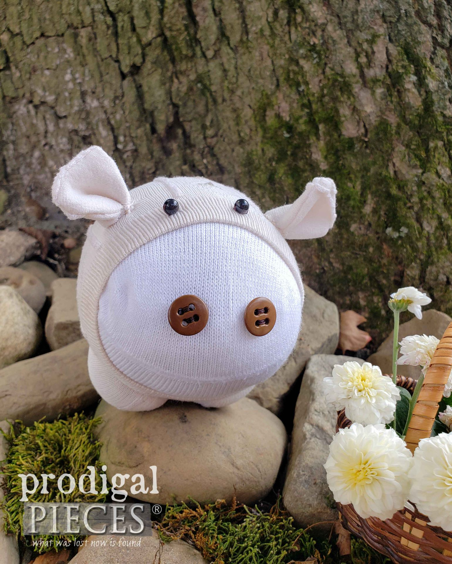 Cute Handmade Sock Pig by Larissa of Prodigal Pieces | prodigalpieces.com #prodigalpieces #diy #handmade #toys #giftidea #crafts #sewing