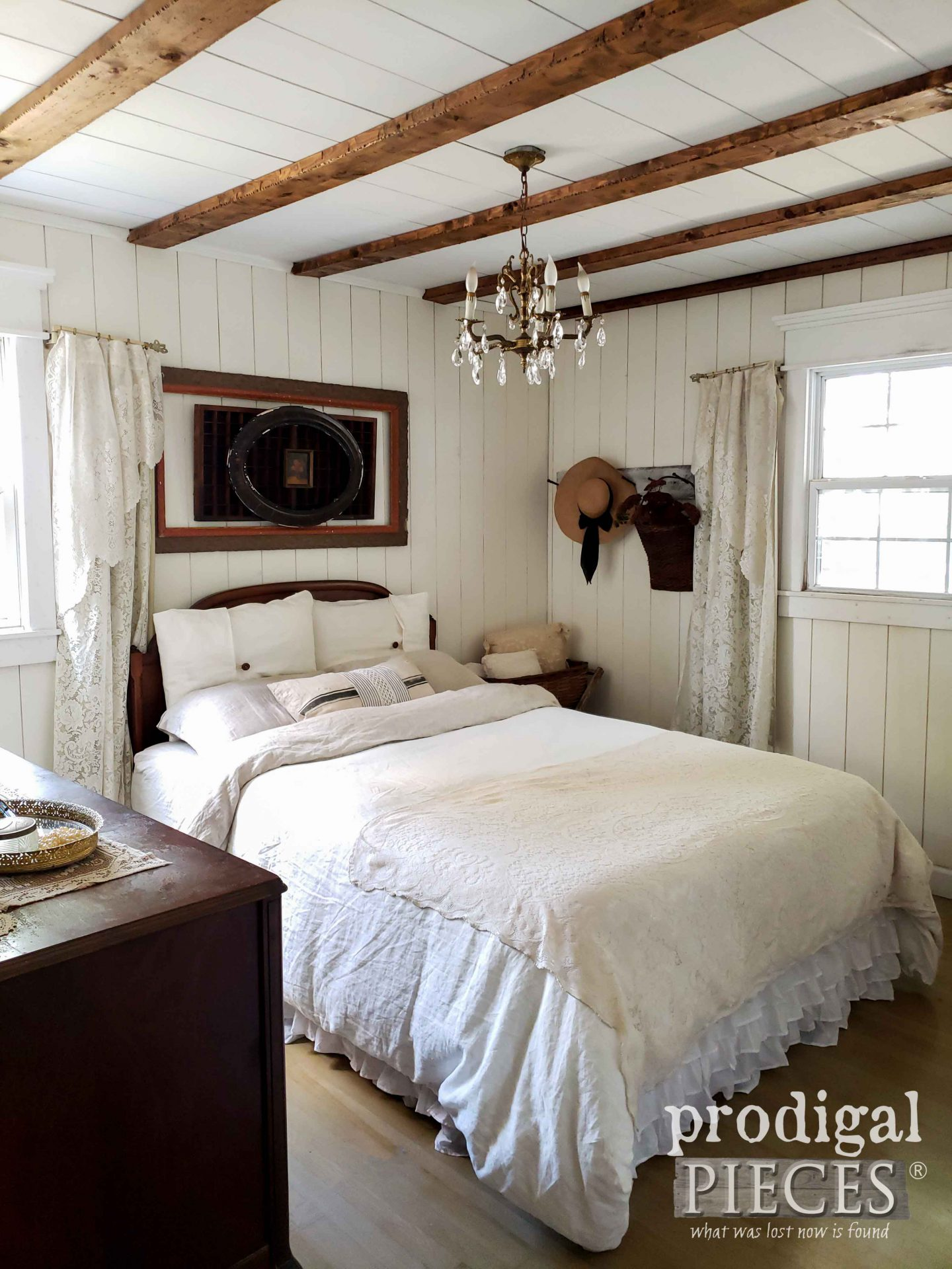 Minimalist Simple Farmhouse Fall Bedroom Decor with Antique Finds by Larissa of Prodigal Pieces | prodigalpieces.com #prodigalpieces #farmhouse #bedroom #home #homedecor #fall