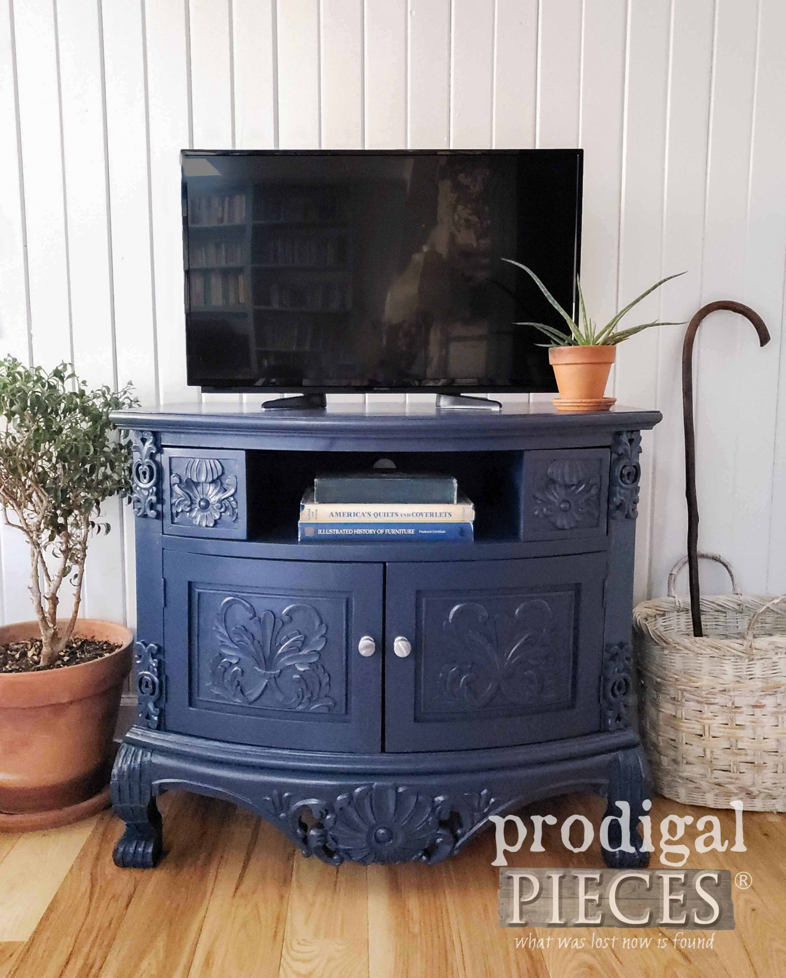 Navy Blue Painted Entertainment Stand by Larissa of Prodigal Pieces | prodigalpieces.com #prodigalpieces #furniture #home #diy #homedecor #paint