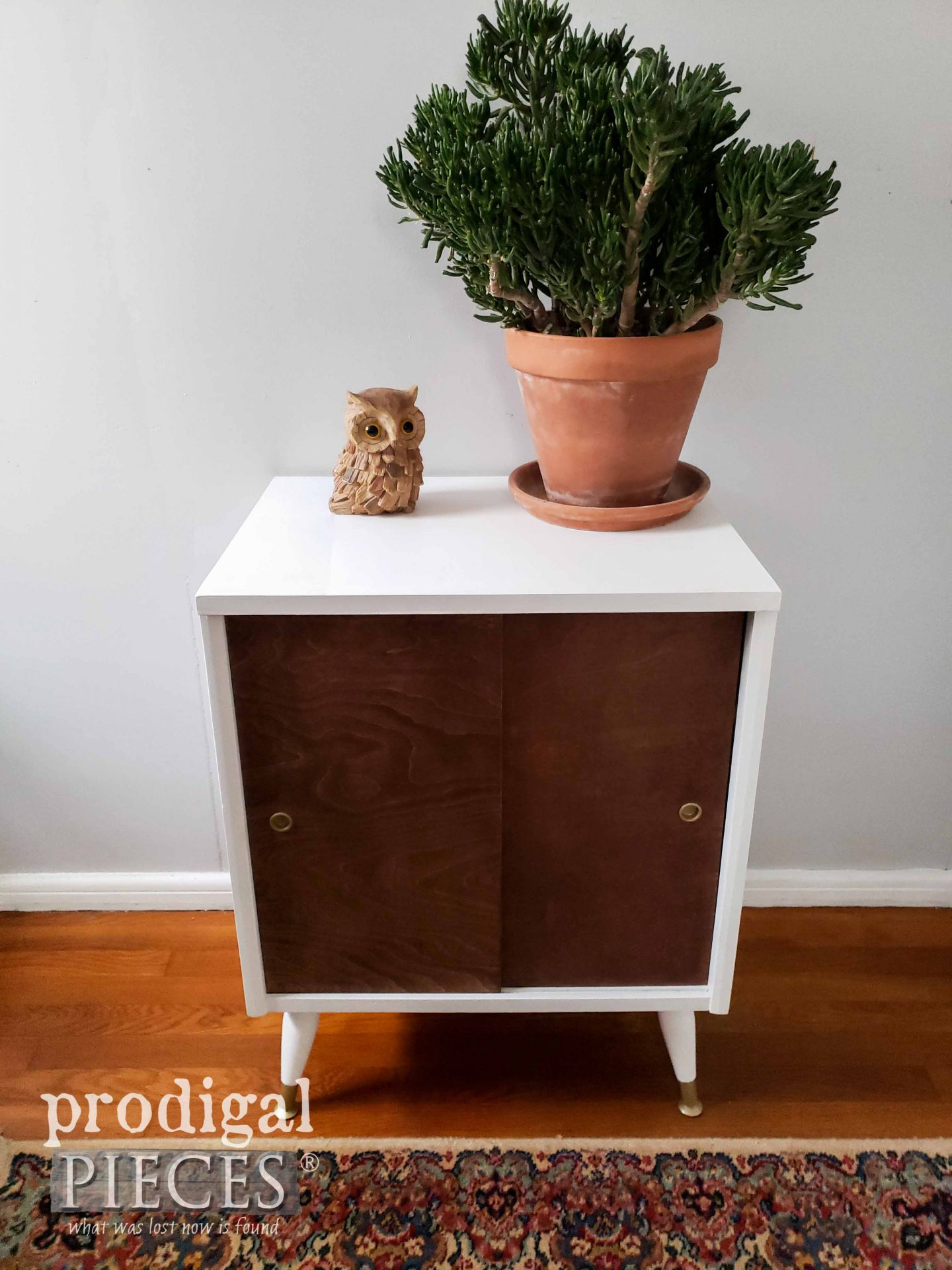 White & Stained Wood Mid Century Modern Stand | prodigalpieces.com #prodigalpieces #furniture #diy #home #homedecor #boho #modern #midcentury