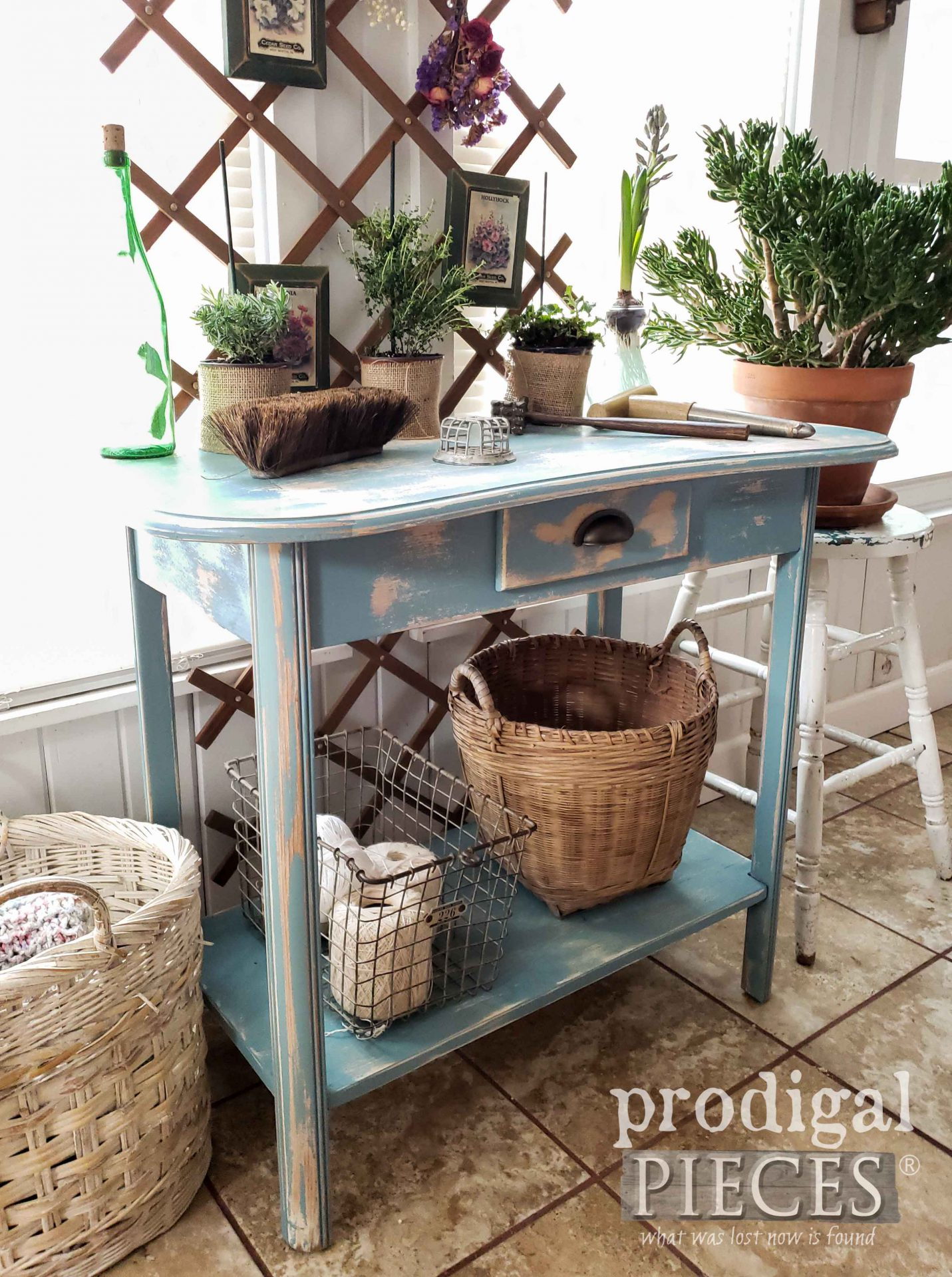 Chippy Blue Farmhouse Console Table from Repurposed Desk by Larissa of Prodigal Pieces | #prodigalpieces #diy #farmhouse #furniture #spring #home #homedecor