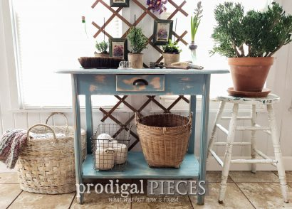 Featured Repurposed Desk into Console Table by Larissa of Prodigal Pieces | prodigalpieces.com #prodigalpieces #furniture #farmhouse #vintage #diy #spring #home #homedecor