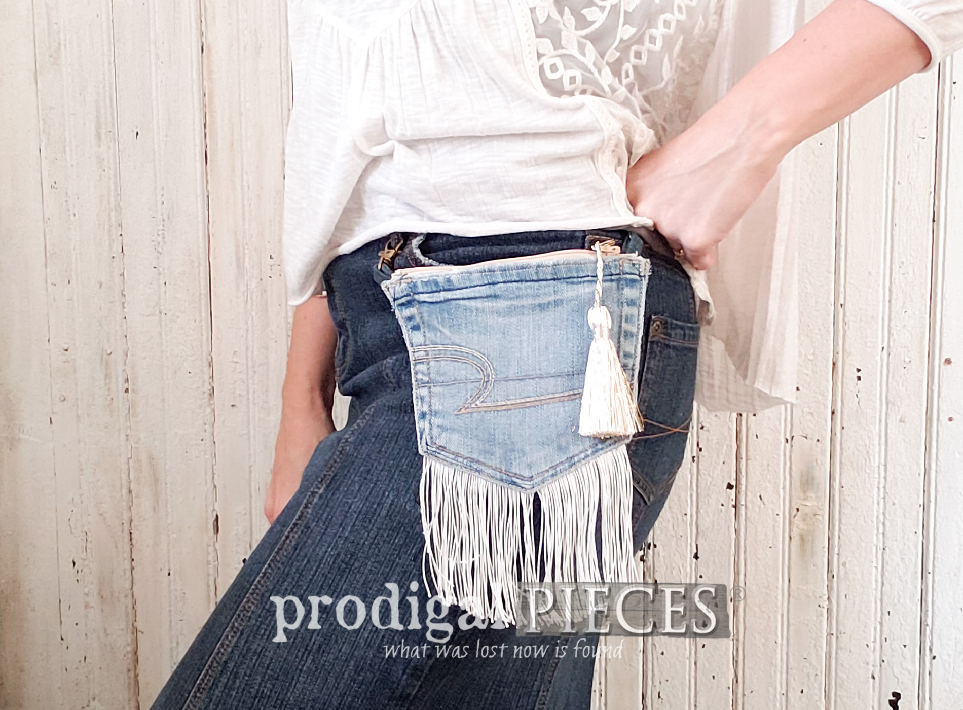 Featured Upcycled Denim Pocket Purse Tutorial by Larissa of Prodigal Pieces | prodigalpieces.com #prodigalpieces #handmade #upcycled #diy #tutorial #boho #farmhouse #fashion #style #women #fashion