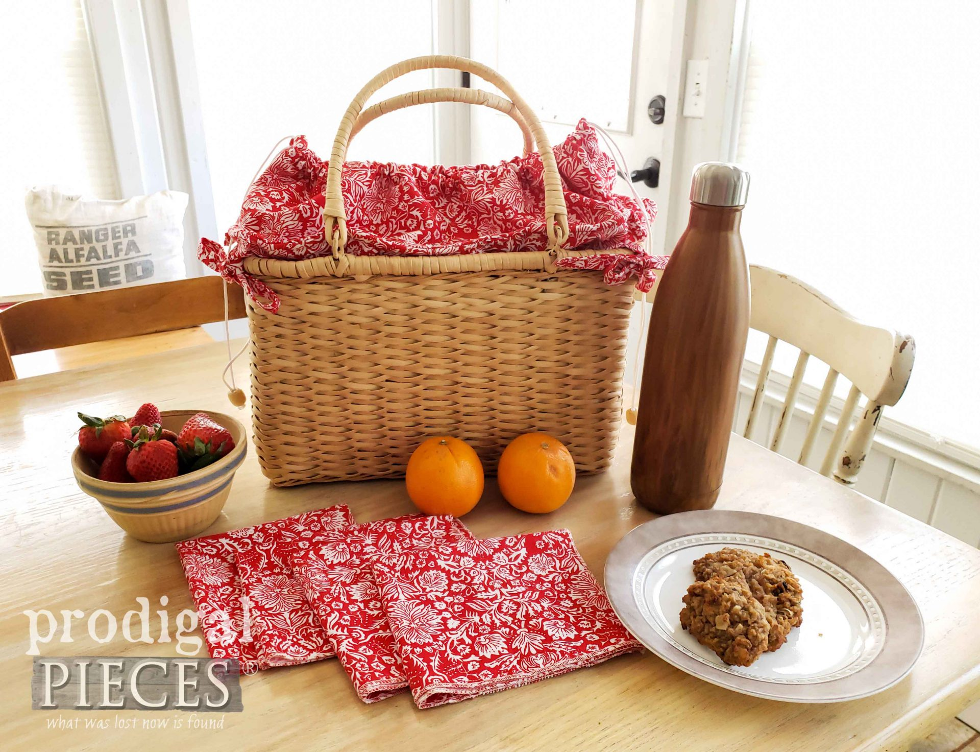 Handmade Insulated Picnic Basket with Four Cloth Napkins by Larissa of Prodigal Pieces | prodigalpieces.com #prodigalpieces #handmade #diy #farmhouse #summer #picnic