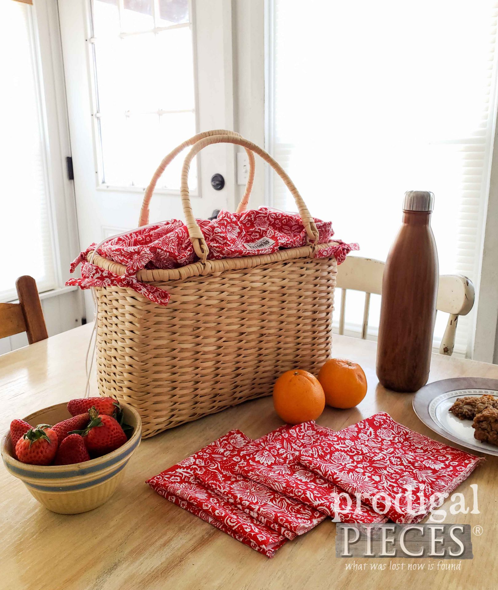 Picnic Basket with Cloth Napkins by Larissa of Prodigal Pieces | Visit prodigalpieces.com #prodigalpieces #lunch #picnic #farmhouse #fashion
