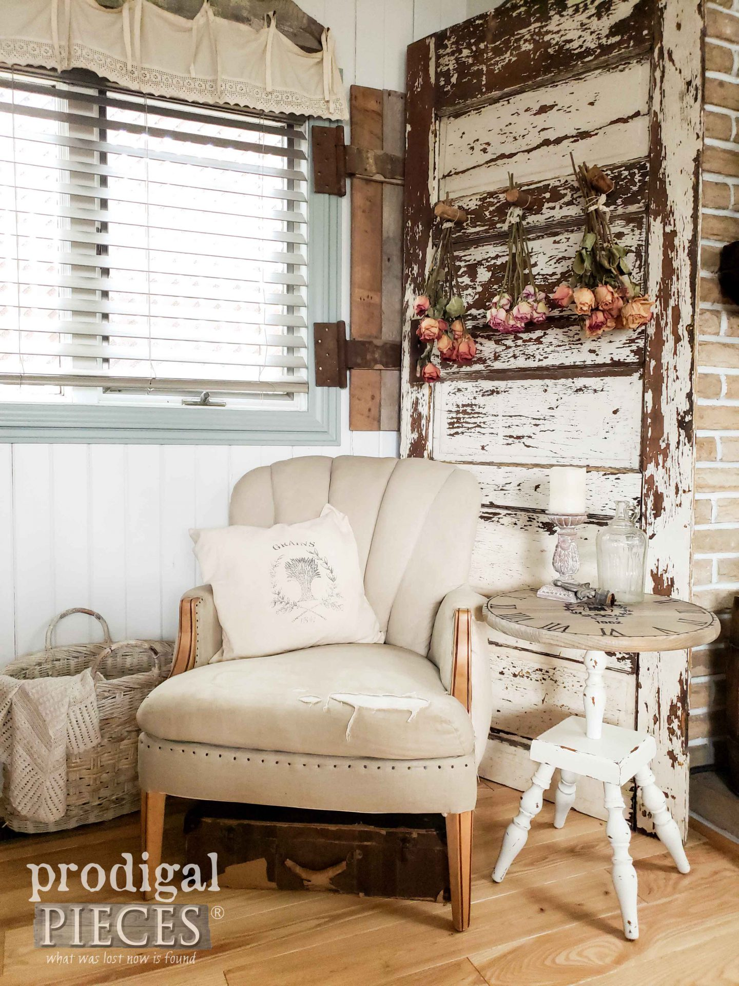 Farmhouse Style Living Room with Thrifted Decor by Larissa of Prodigal Pieces | prodigalpieces.com #prodigalpieces #diy #home homedecor #farmhouse #furniture