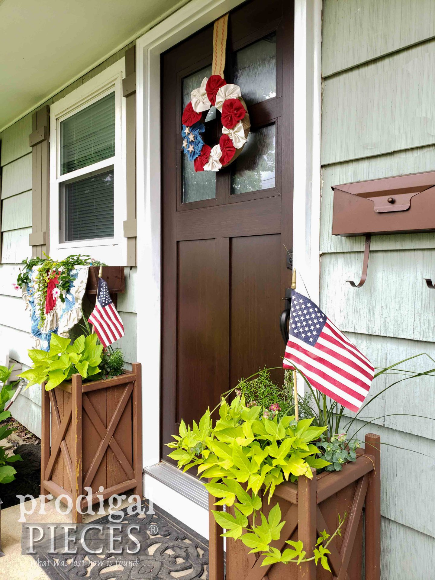 DIY 4th of July Decor with Handmade Wreath by Larissa of Prodigal Pieces | prodigalpieces.com #prodigalpieces #diy #home #homedecor #4thofjuly