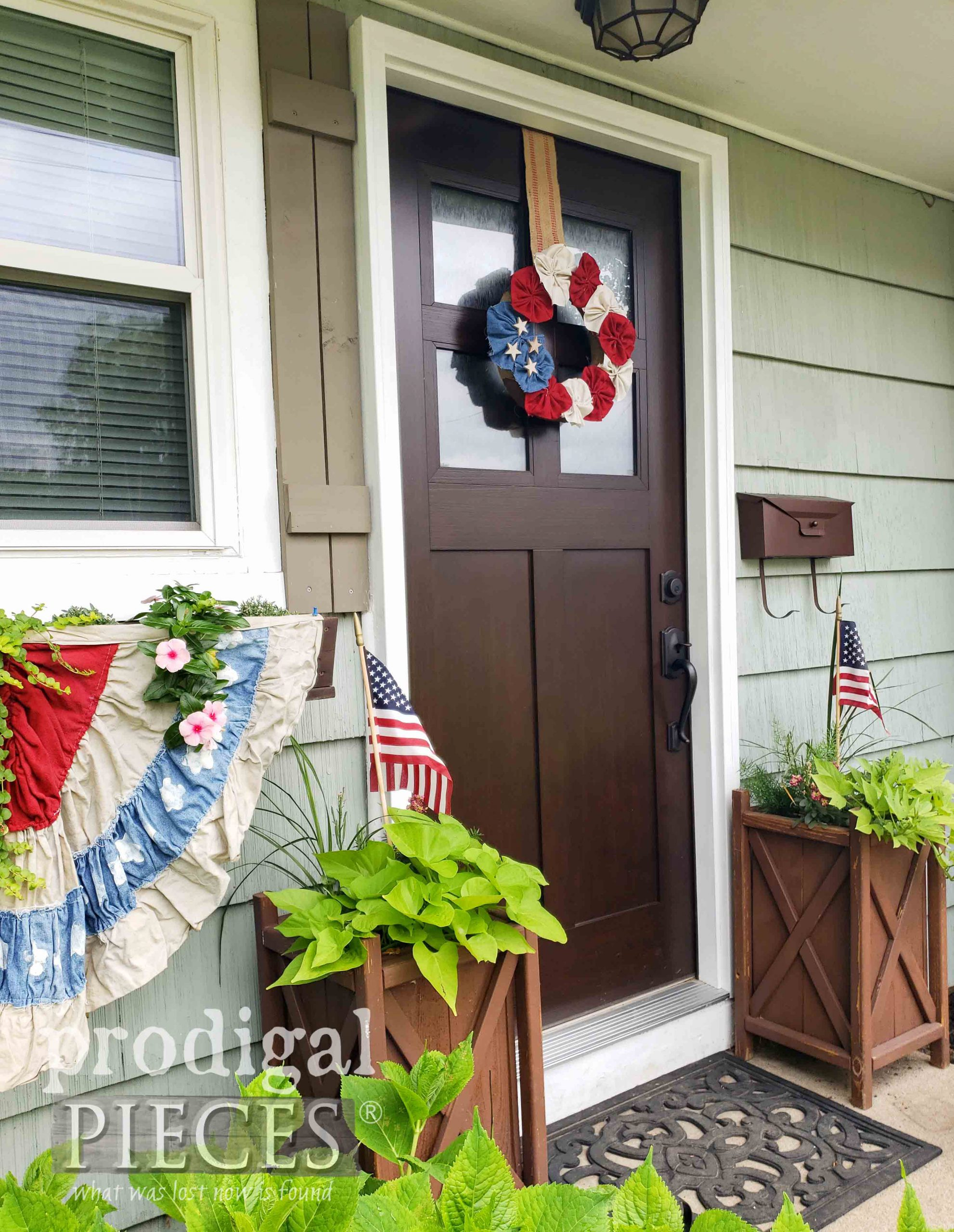 Front Door Decor for U.S.A. Independence Day ~ 4th of July Wreath by Larissa of Prodigal Pieces | prodigalpieces.com #prodigalpieces #diy #holiday #4thofjuly #home #homedecor