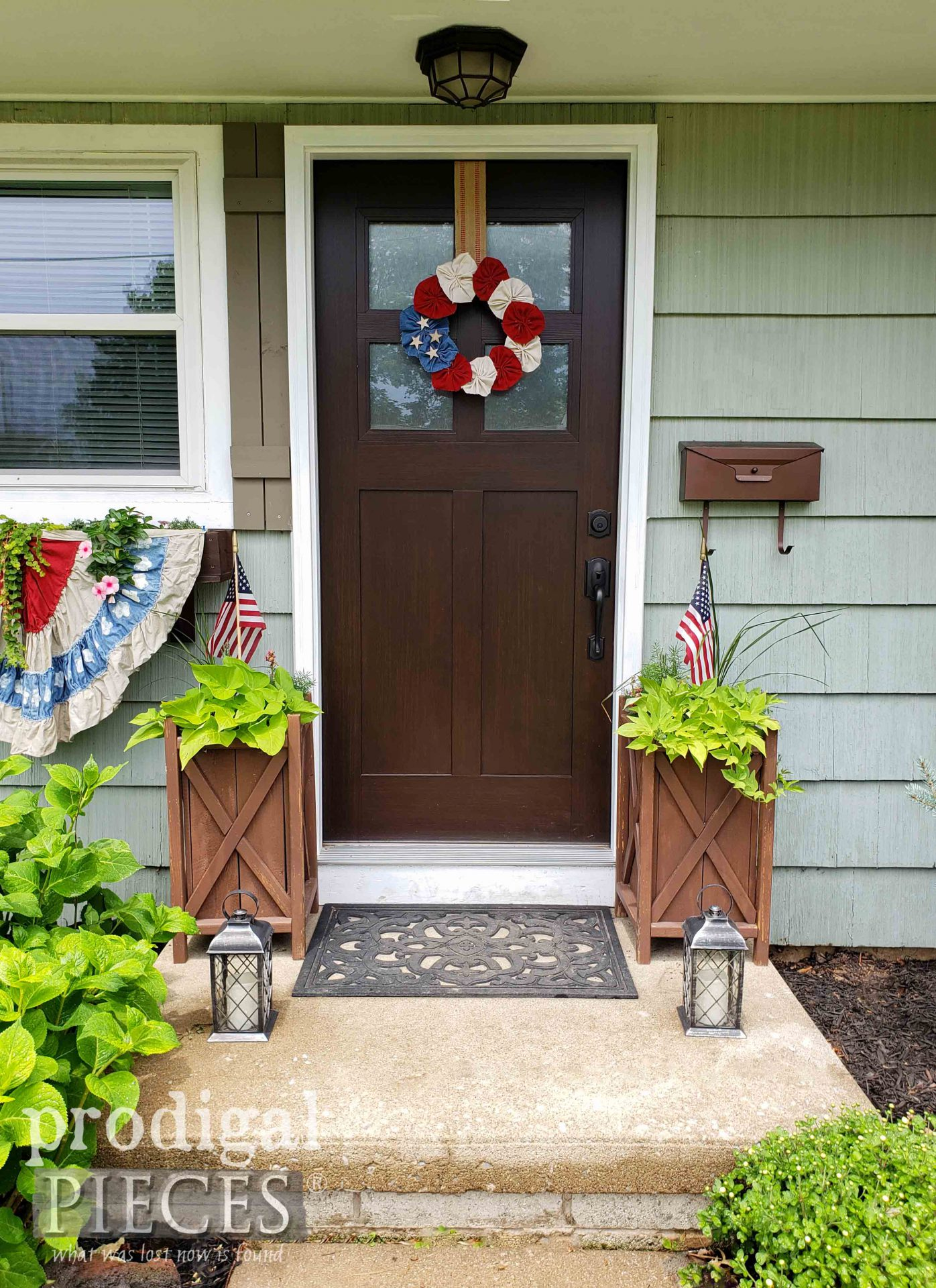 DIY 4th of July Decor from Refashioned Fabric by Larissa of Prodigal Pieces | Tutorial at prodigalpieces.com #prodigalpieces #diy #4thofjuly #home #homedecor