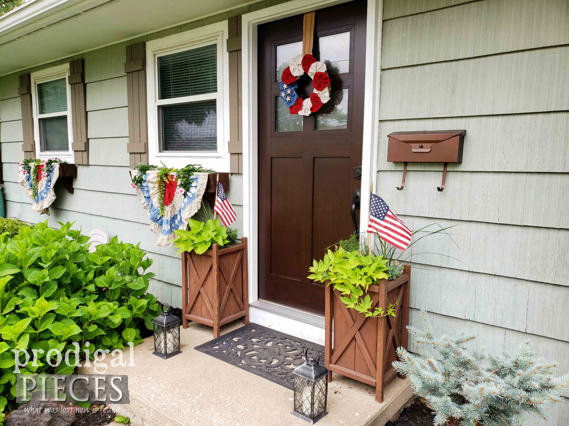 Outdoor Independence Day Decor by Larissa of Prodigal Pieces | prodigalpieces.com #prodigalpieces #diy #4thofjuly #home #homedecor
