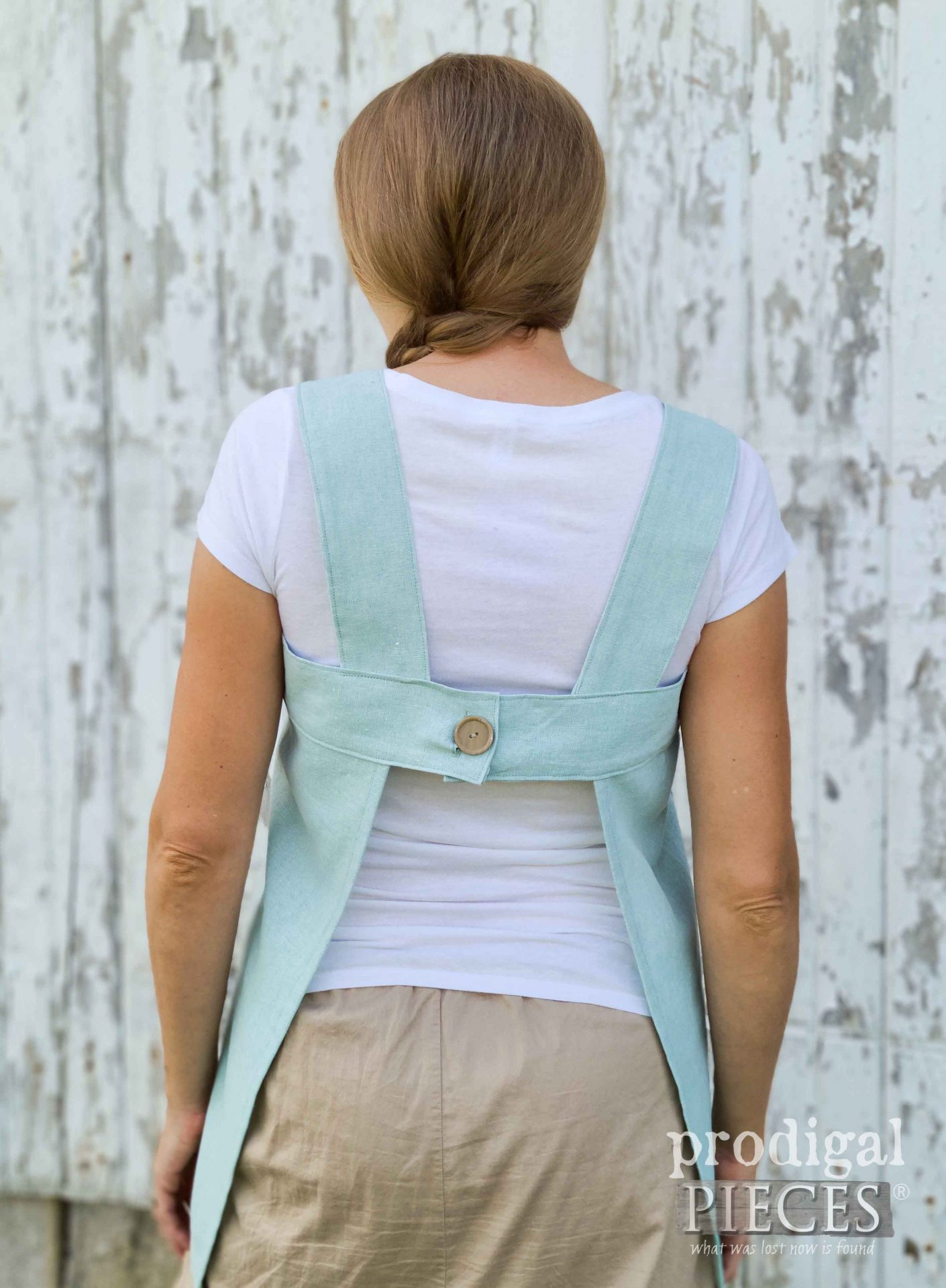 Handmade Linen Smock Back with Button Closure by Larissa of Prodigal Pieces | prodigalpieces.com #prodigalpieces #handmade #sewing #fashion #diy #women