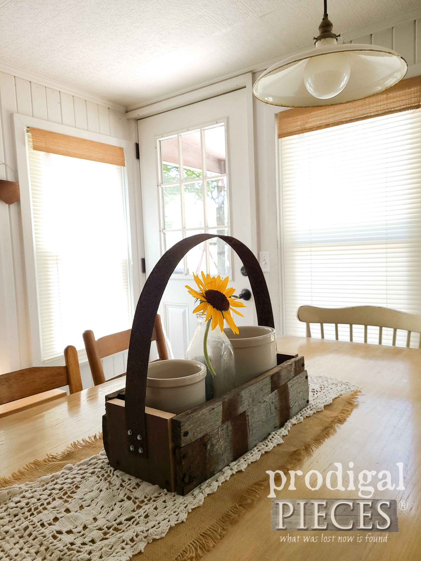 Reclaimed Farmhouse Tote by Larissa of Prodigal Pieces | prodigalpieces.com #prodigalpieces #diy #home #farmhouse #homedecor