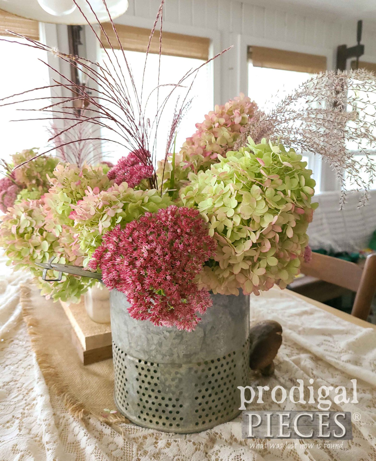 Autumn Flower Display by Prodigal Pieces | prodigalpieces.com #prodigalpieces #farmhouse #flowers #home #homedecor #diy