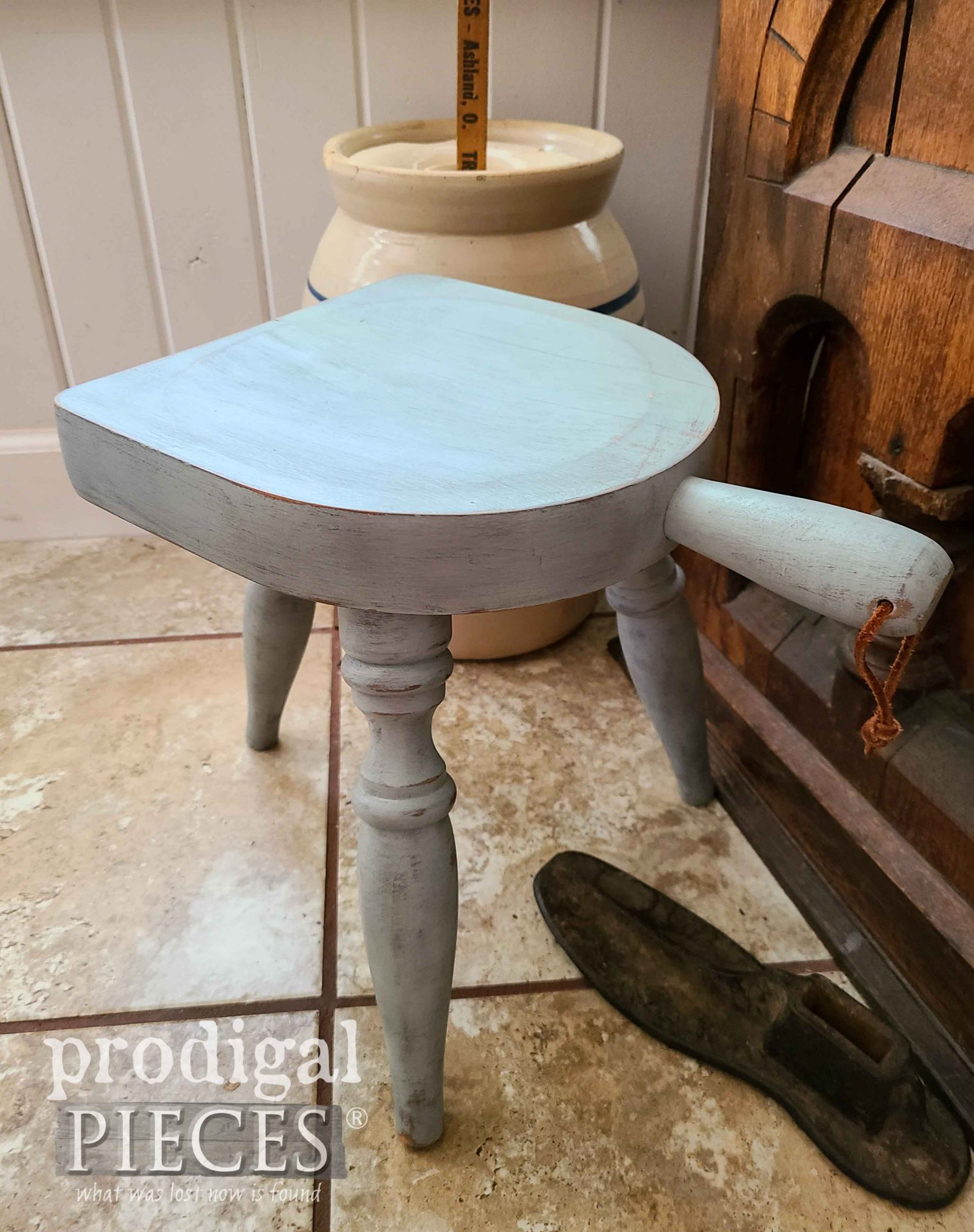 Farmhouse Milking Stool for Mini Thrift Store Makeovers by Prodigal Pieces | prodigalpieces.com #prodigalpieces #farmhouse #farm #dairy