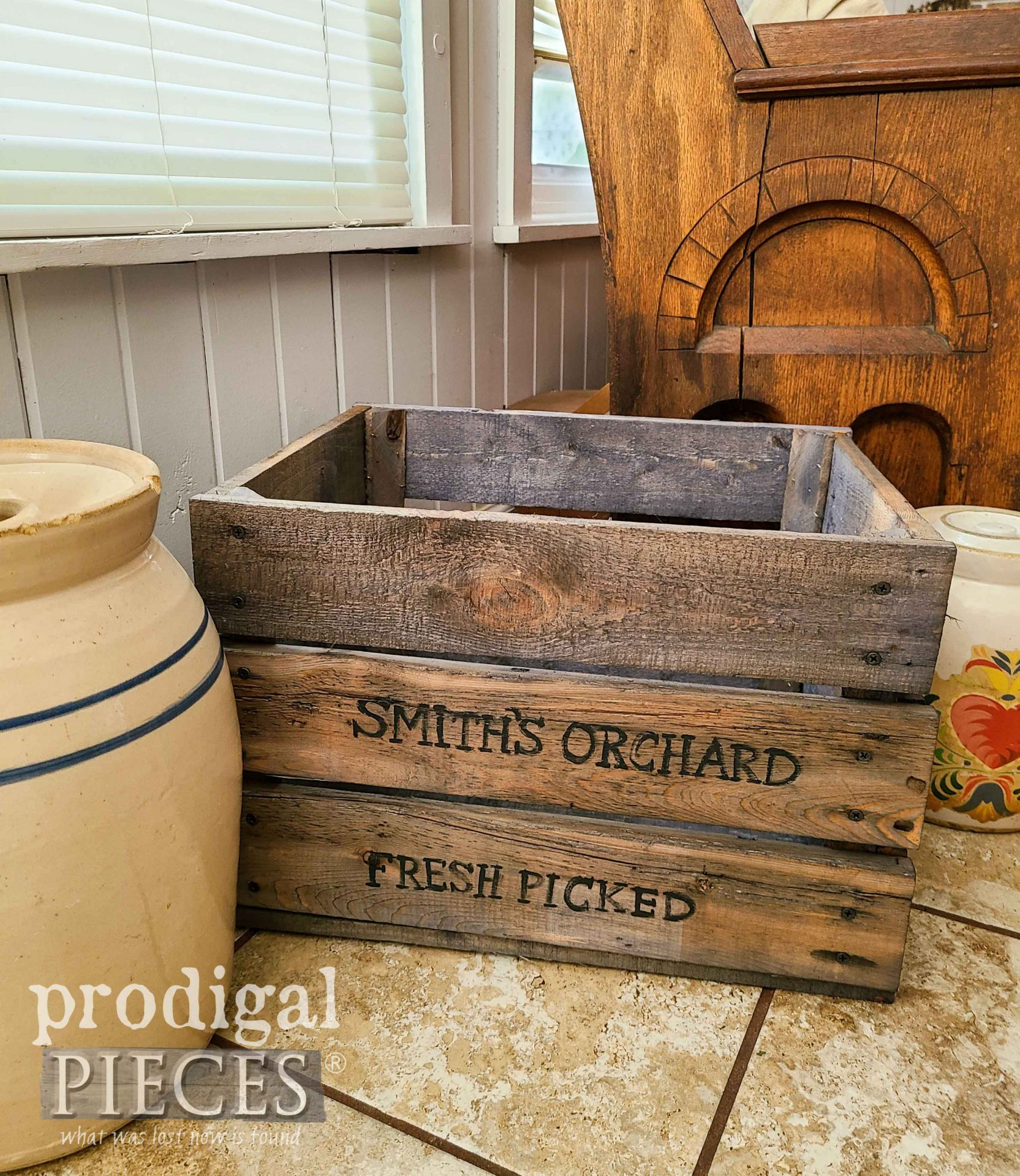 Reclaimed Pallet DIY Antique Crate Made by Larissa of Prodigal Pieces | prodigalpieces.com #prodigalpieces #farmhouse #diy #upcycled