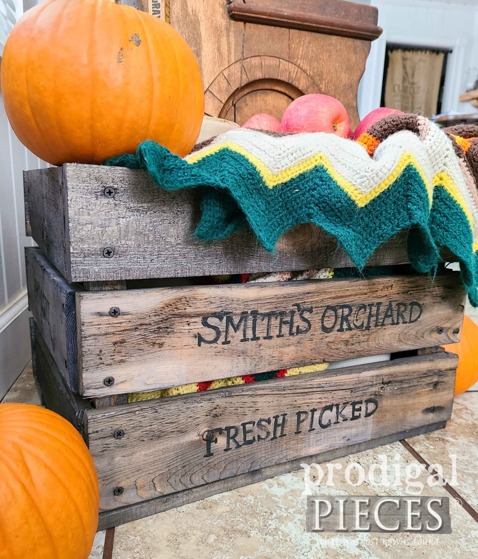 Upcycled Farmhouse DIY Antique Crate by Prodigal Pieces | prodigalpieces.com #prodigalpieces #fall #autumn