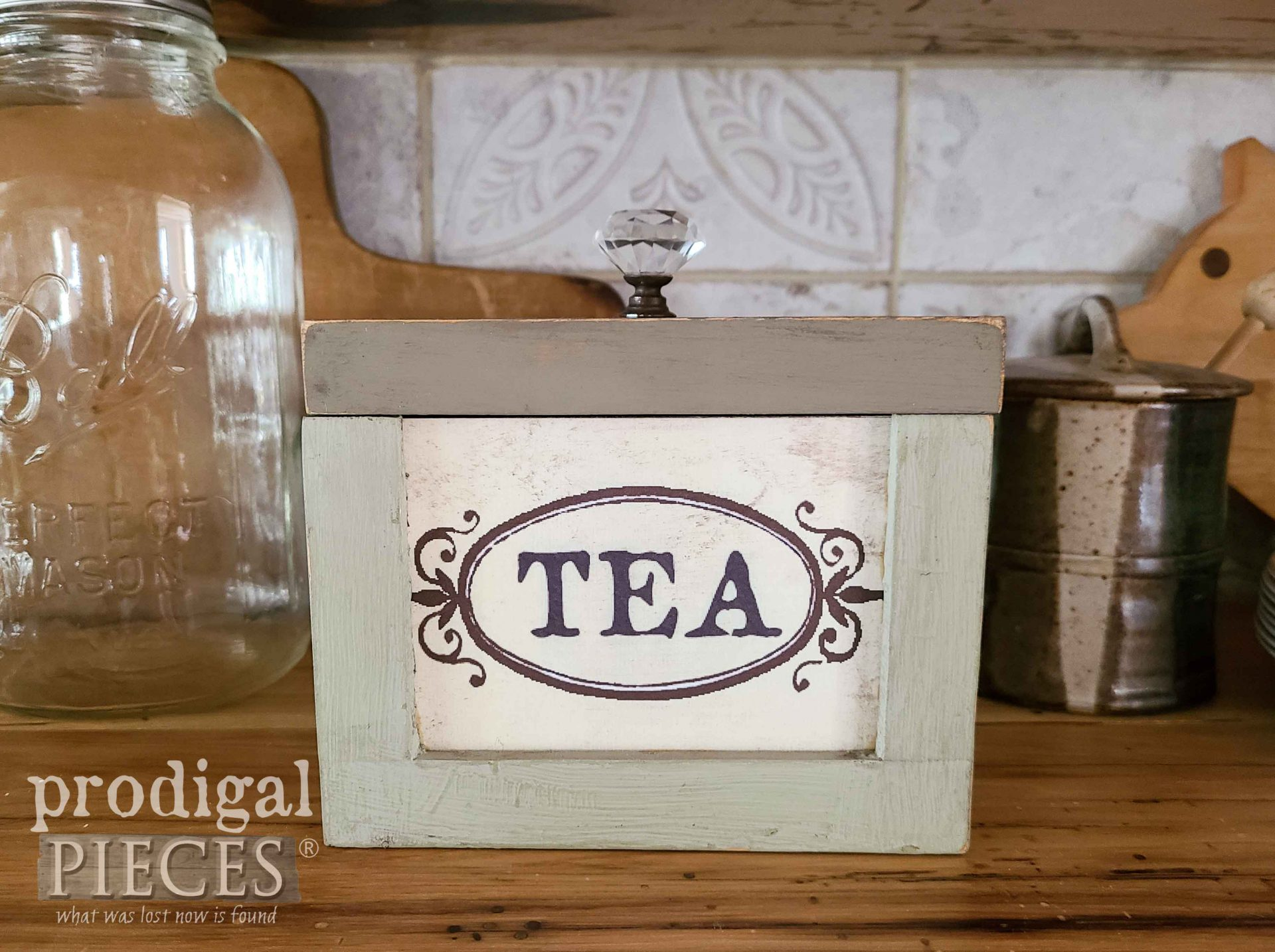 DIY Vintage Style Tea Box by Prodigal Pieces | prodigalpieces.com #prodigalpieces #farmhouse #kitchen #vintage