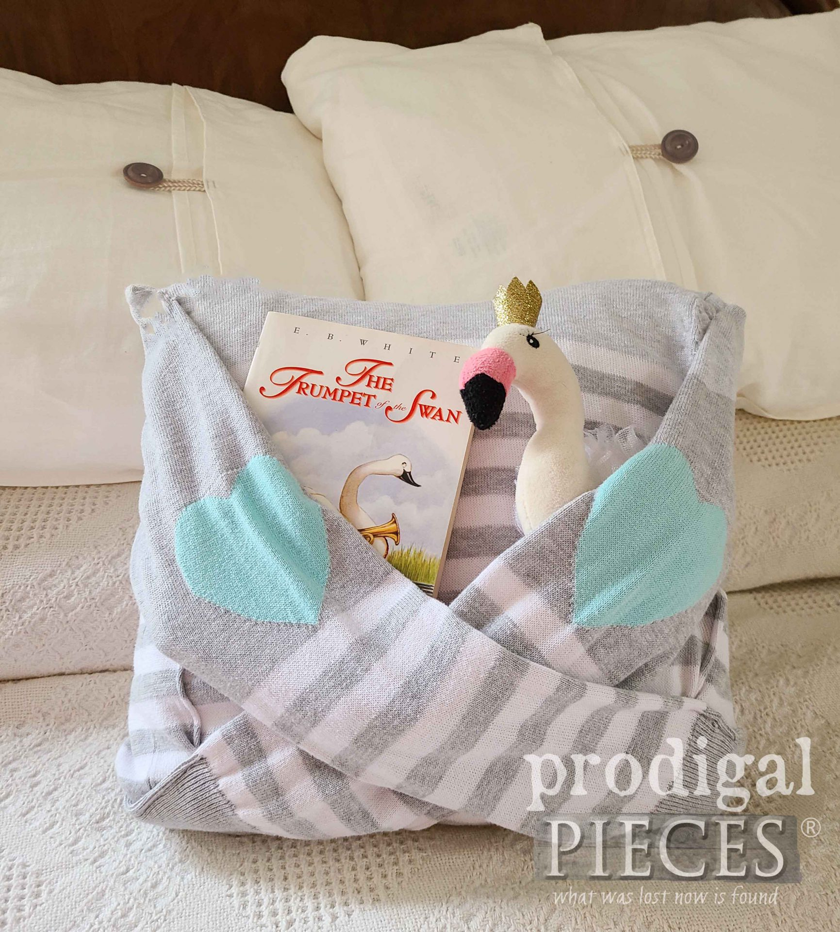 DIY Upcycled Sweater Pocket Pillow by Larissa of Prodigal Pieces | prodigalpieces.com #prodigalpieces #refashion #giftidea #upcycled