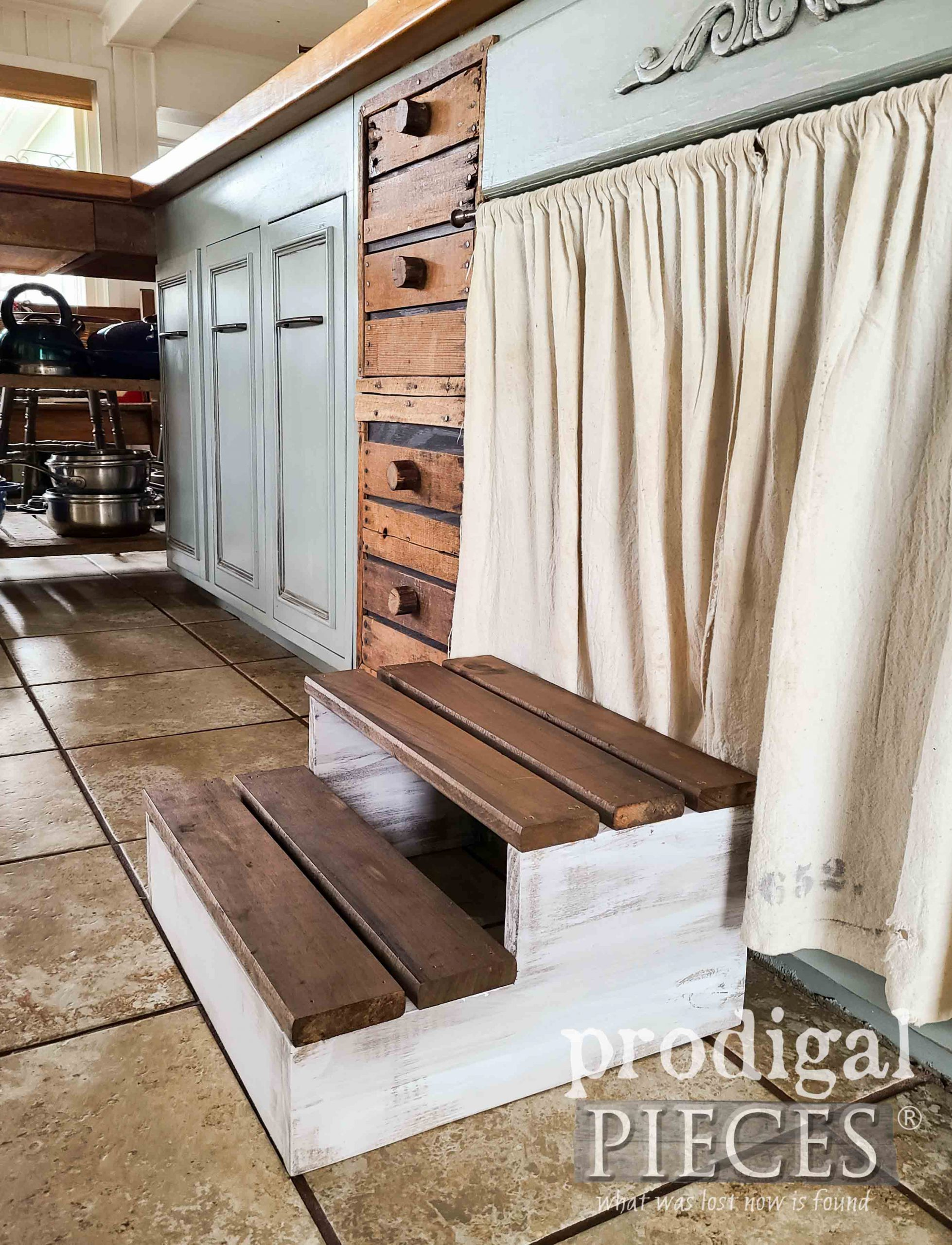 DIY Wood Slat Step Stool for Kitchen and more at Prodigal Pieces | prodigalpieces.com #prodigalpieces #farmhouse #kitchen #diy #home
