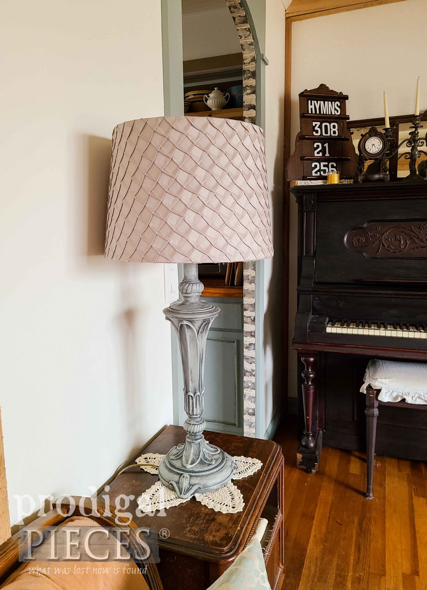 Farmhouse Style Home Decor with Painted Lamp by Larissa of Prodigal Pieces | prodigalpieces.com #prodigalpieces #lamps #lighting #farmhouse #home