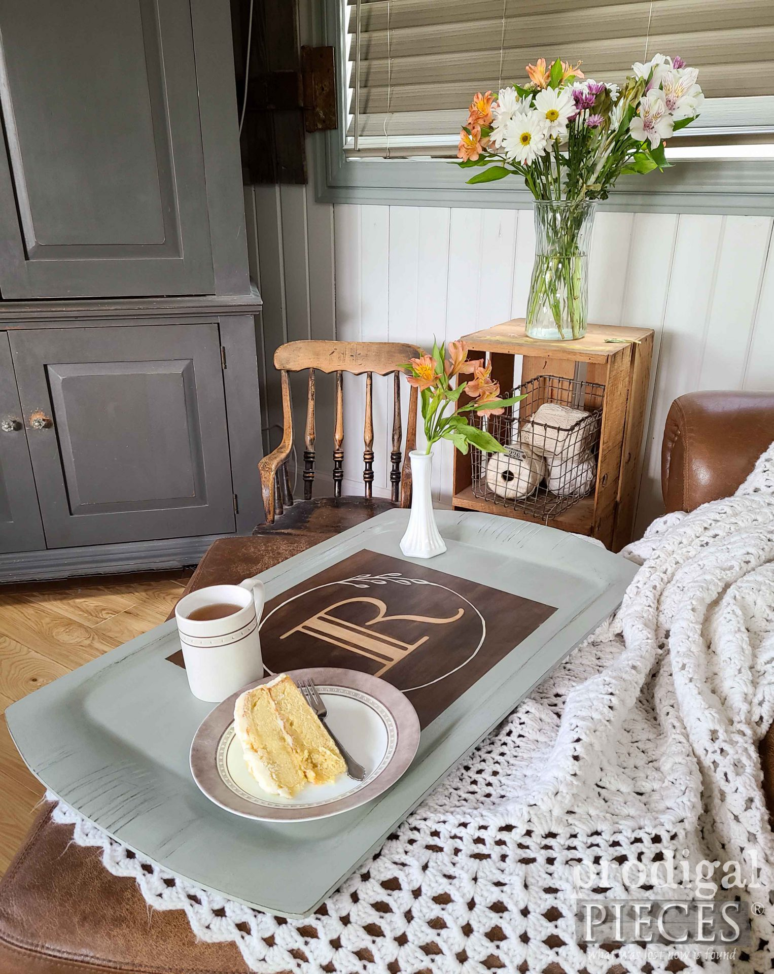 Farmhouse Monogram Serving Tray by Larissa of Prodigal Pieces | prodigalpieces.com #prodigalpieces #vintage #home #homedecor #farmhouse