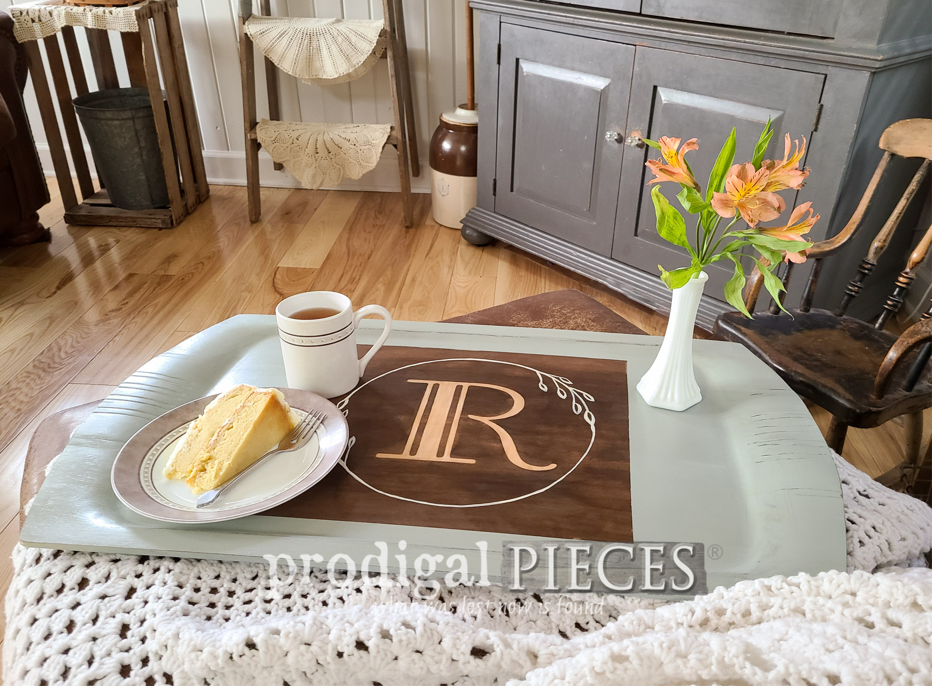 Featured Vintage Wooden Tray with Modern Farmhouse Style by Larissa of Prodigal Pieces | prodigalpieces.com #prodigalpieces #home #homedecor #diy #farmhouse