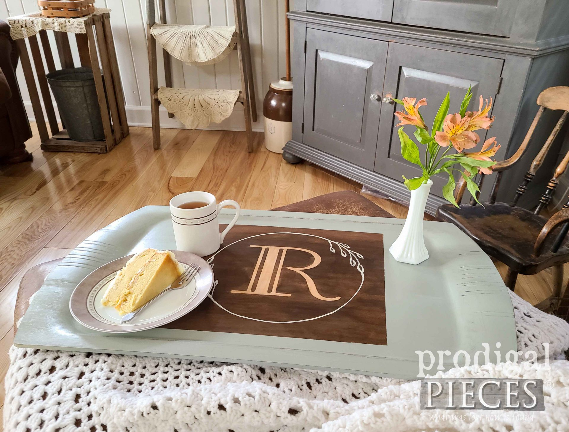 Modern Farmhouse Wooden Tray with Updated Style by Larissa of Prodigal Pieces | prodigalpieces.com #prodigalpieces #vintage #home #homedecor #farmhouse
