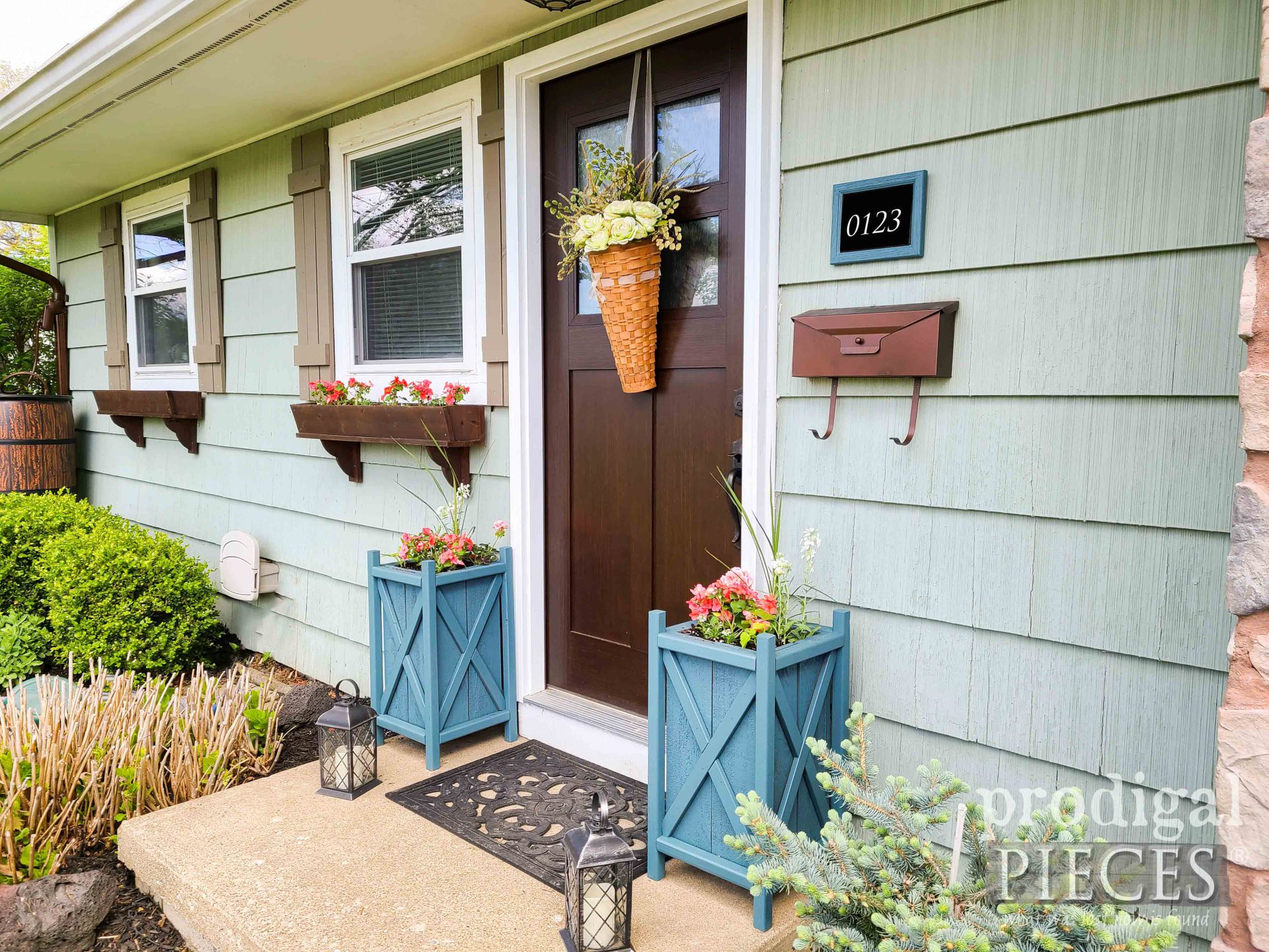 DIY Build Blue Planters by Larissa of Prodigal Pieces | prodigalpieces.com #prodigalpieces #diy #farmhouse #home