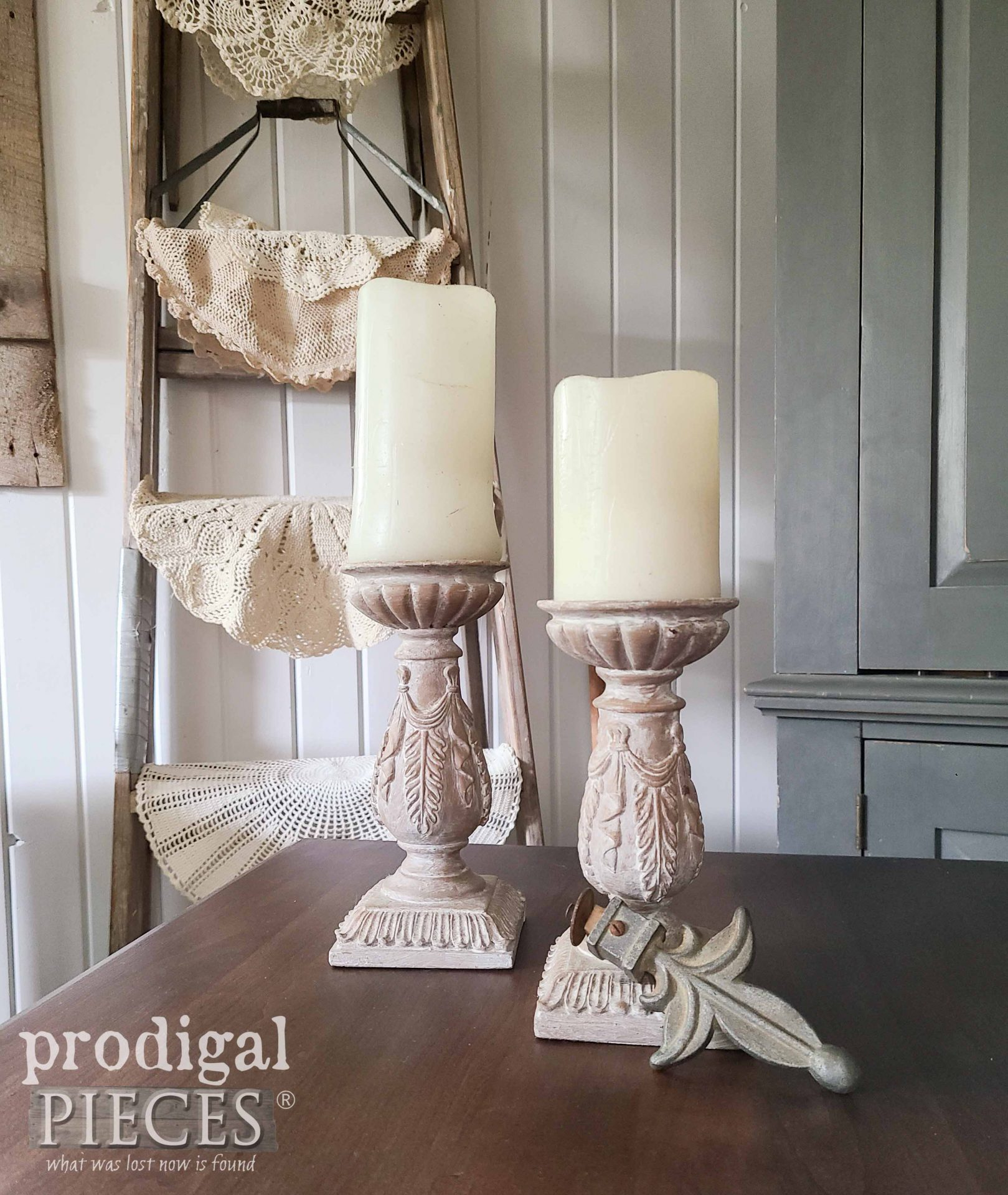 Farmhouse Decor on Side Table | Prodigal Pieces | prodigalpieces.com #prodigalpieces #home #vintage #decor #farmhouse