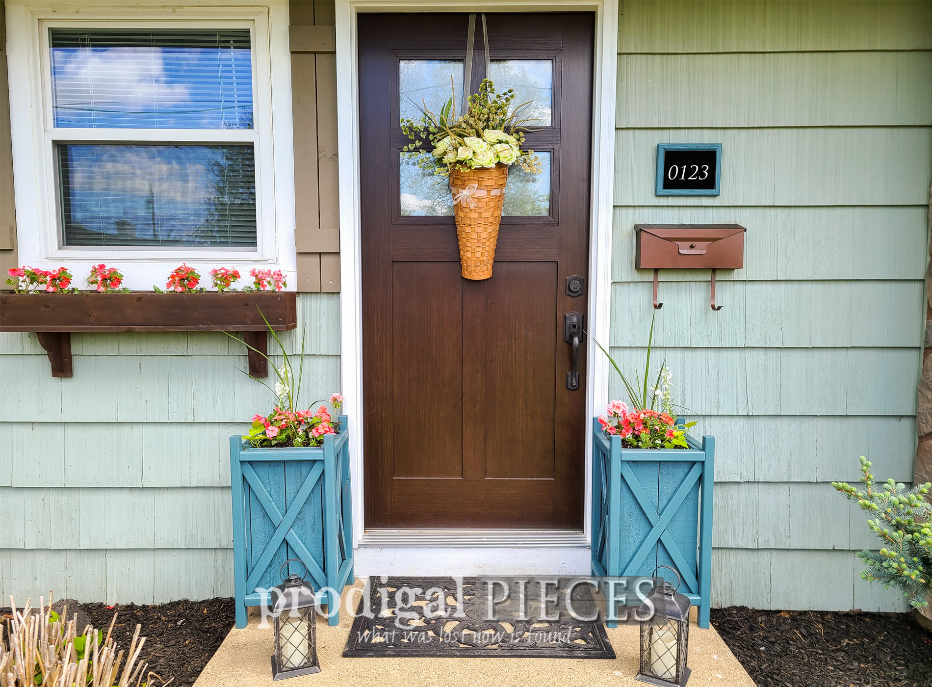 Featured Update Planters the Easy Way for Curb Appeal by Larissa of Prodigal Pieces | prodigalpieces.com #prodigalpieces #diy #home #curbappeal #homedecor #garden