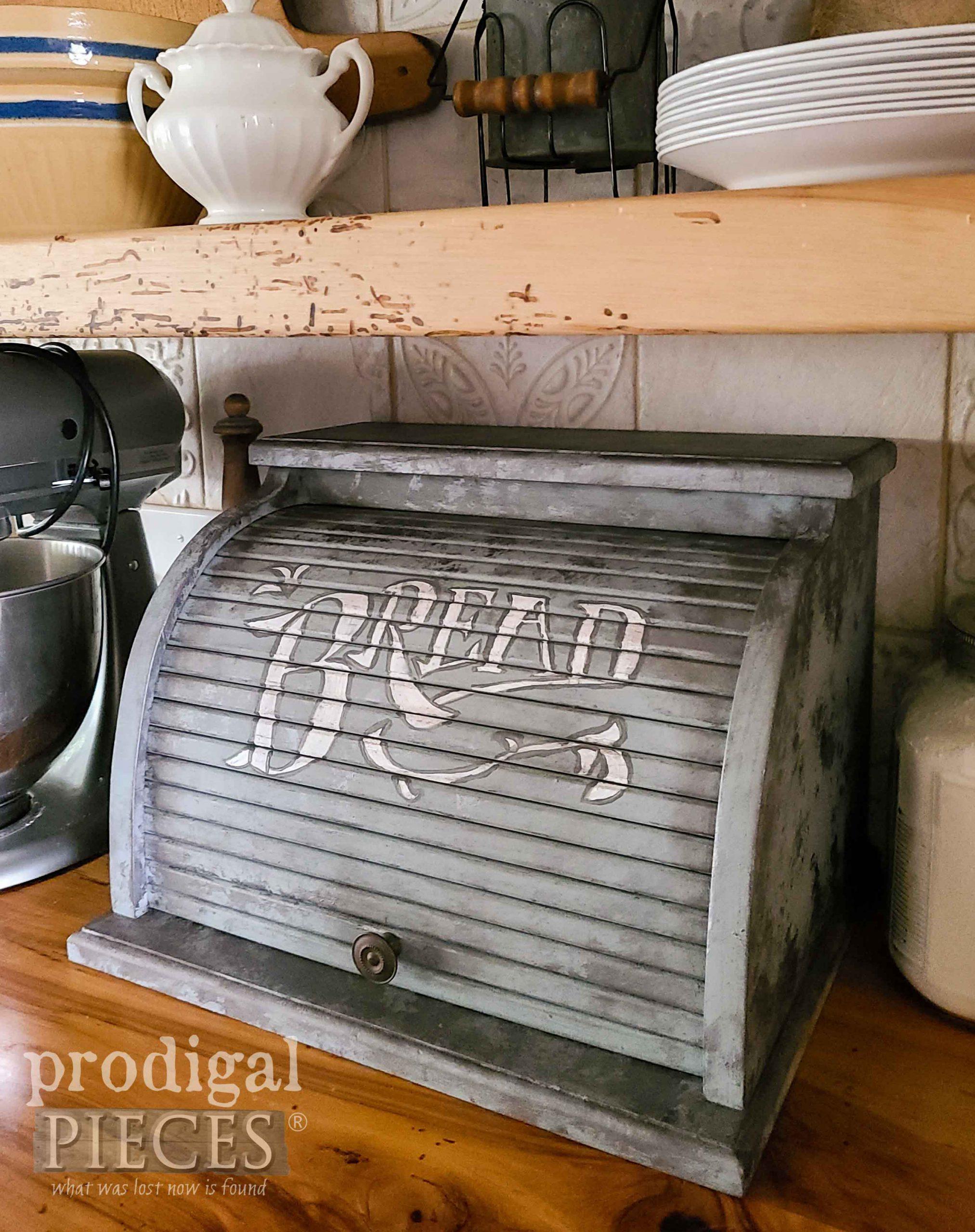 Hand-Painted Bread Box by Larissa of Prodigal Pieces | prodigalpieces.com #prodigalpieces #home #homedecor #farmhouse #diy