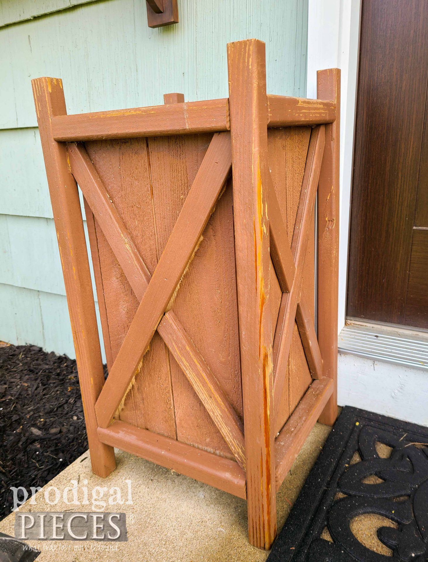 Old Planter Before Update by Prodigal Pieces | prodigalpieces.com #prodigalpieces