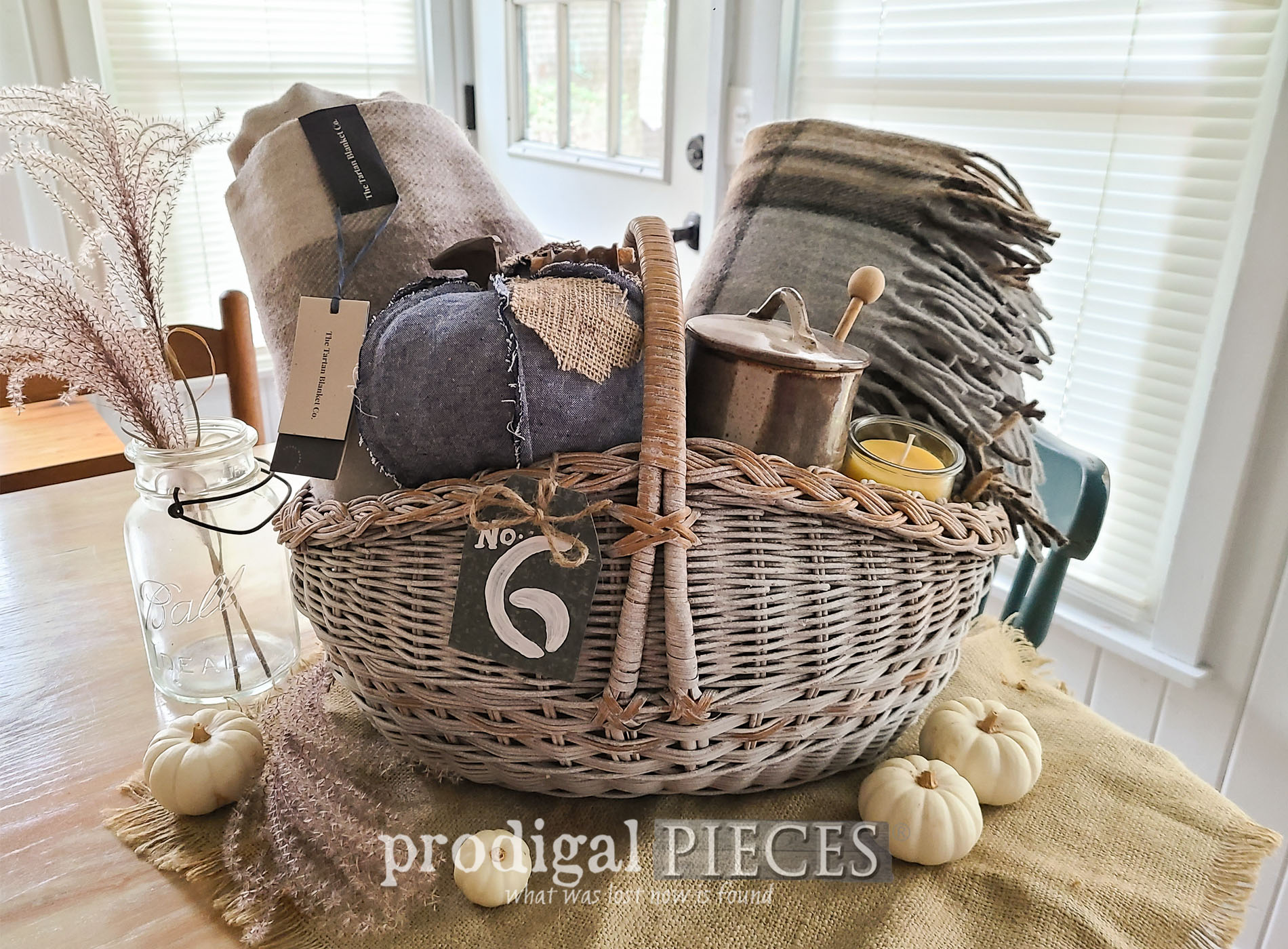 Featured DIY Harvest Gift Basket from Thrifted Find by Larissa of Prodigal Pieces | prodigalpieces.com #prodigalpieces #diy #giftidea #basket #autman #fall #upcycled