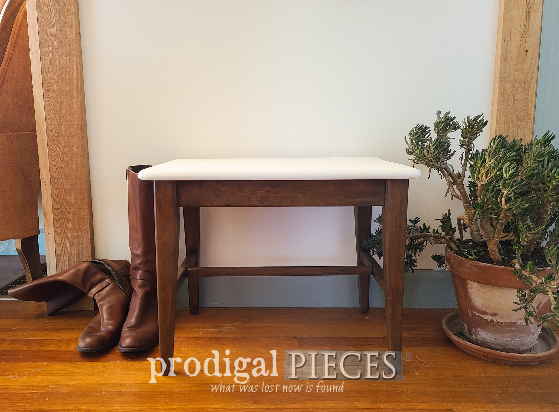 Featured Mid Century Modern Bench Seat Makeover by Larissa of Prodigal Pieces | prodigalpieces.com #prodigalpieces #midcentury #boho #furniture