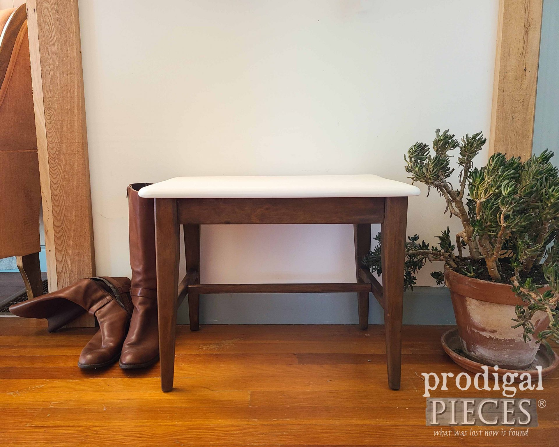 Mid Century Modern Bench Seat Makeover with Paint by Larissa of Prodigal Pieces | prodigalpieces.com #prodigalpieces #vintage #midcentury #modern #boho